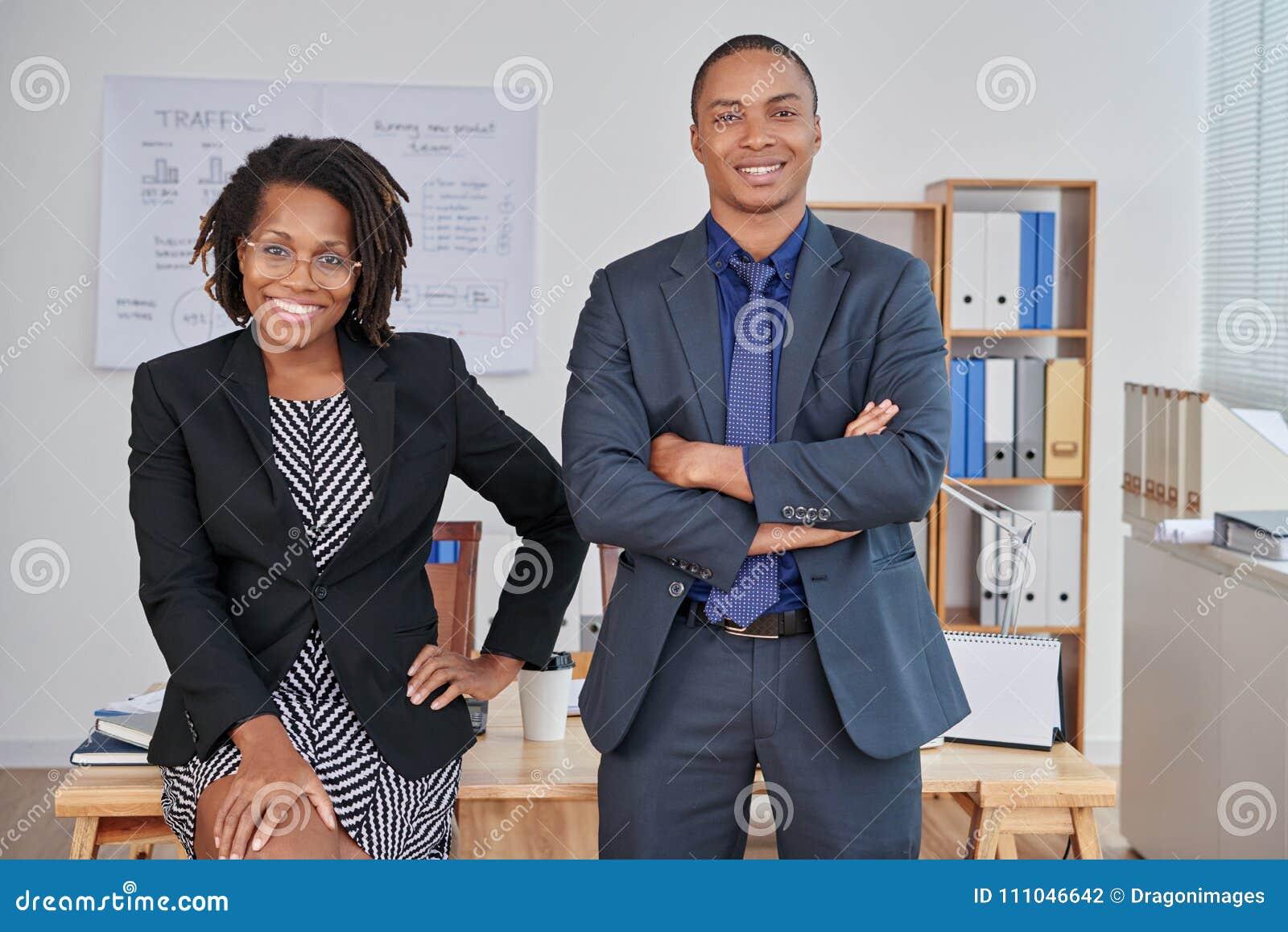 Entrepreneurs d afro-américain posant pour la photo