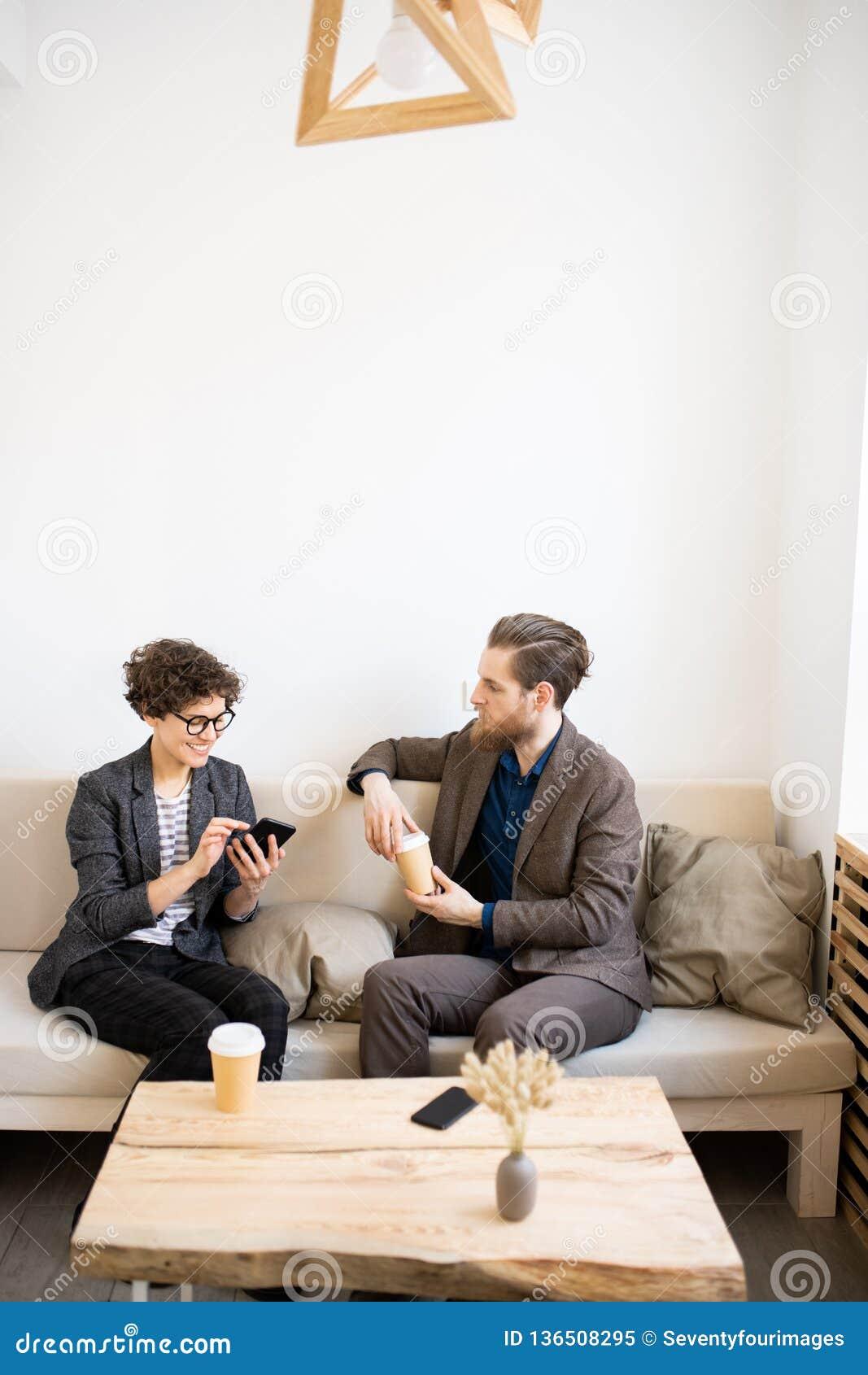 Entrepreneurs modernes se réunissant en café