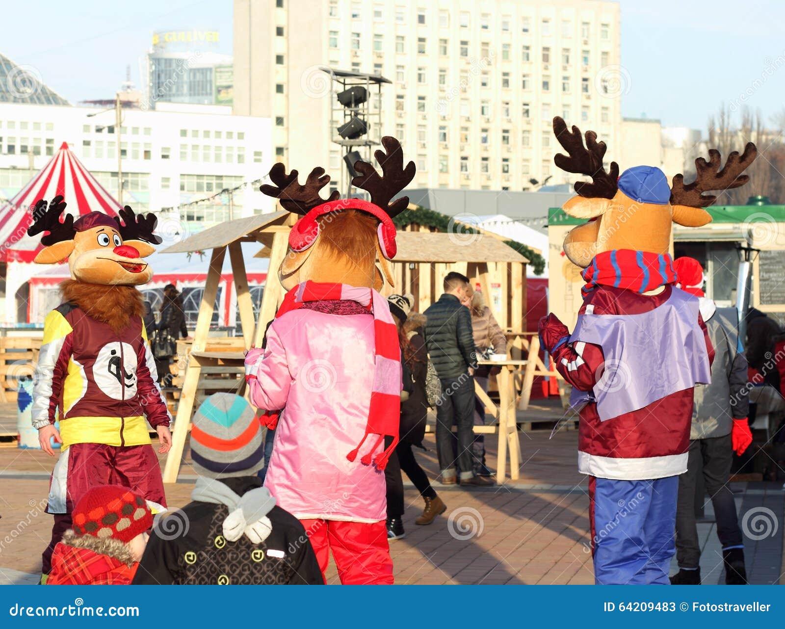 Entretenimiento de la Navidad para los niños en la calle