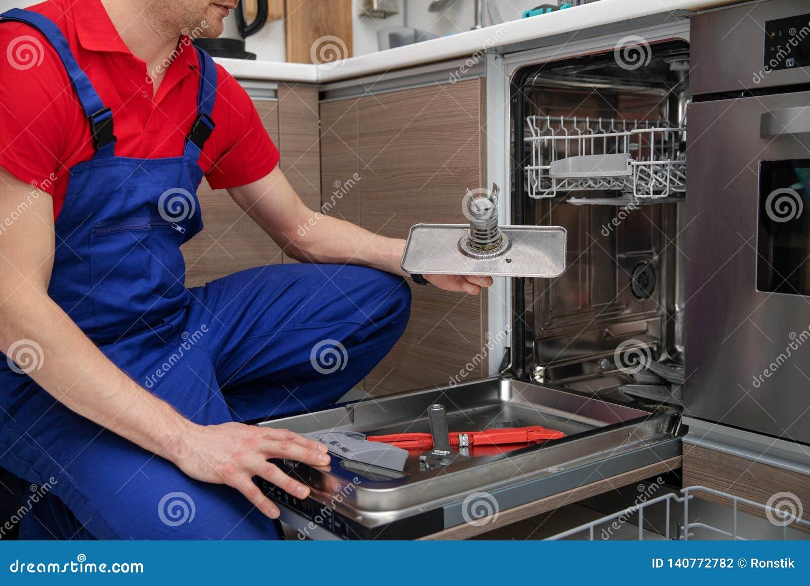 Entretien Du Lave Vaisselle entretien d'appareil ménager - bricoleur enlevant le filtre