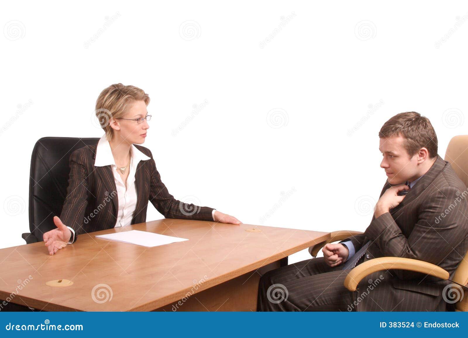 Entretien junior d affaires d homme de femme aînée - réprimande