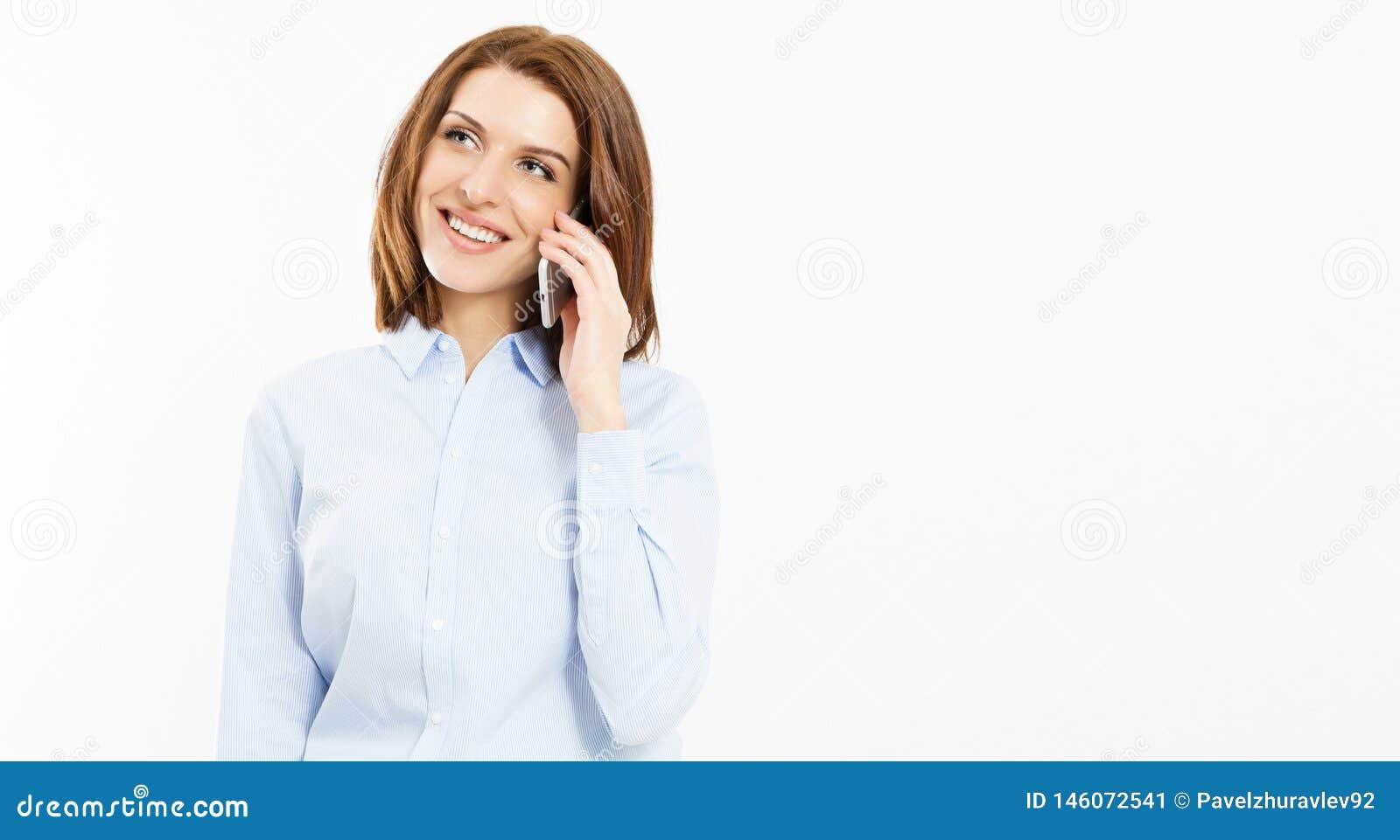 Entretien sexy de brune de sourire sur le smartphone sur le fond blanc