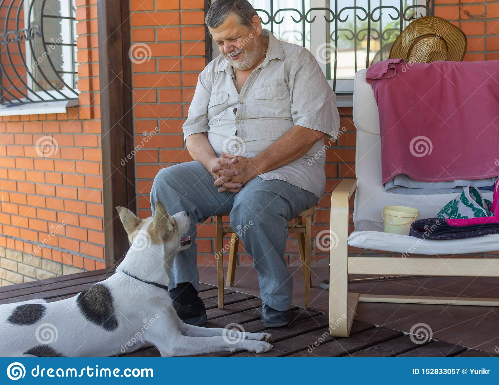 Entretiens supérieurs pour poursuivre se reposer près de sa maison Le chien écouter il avec la considération