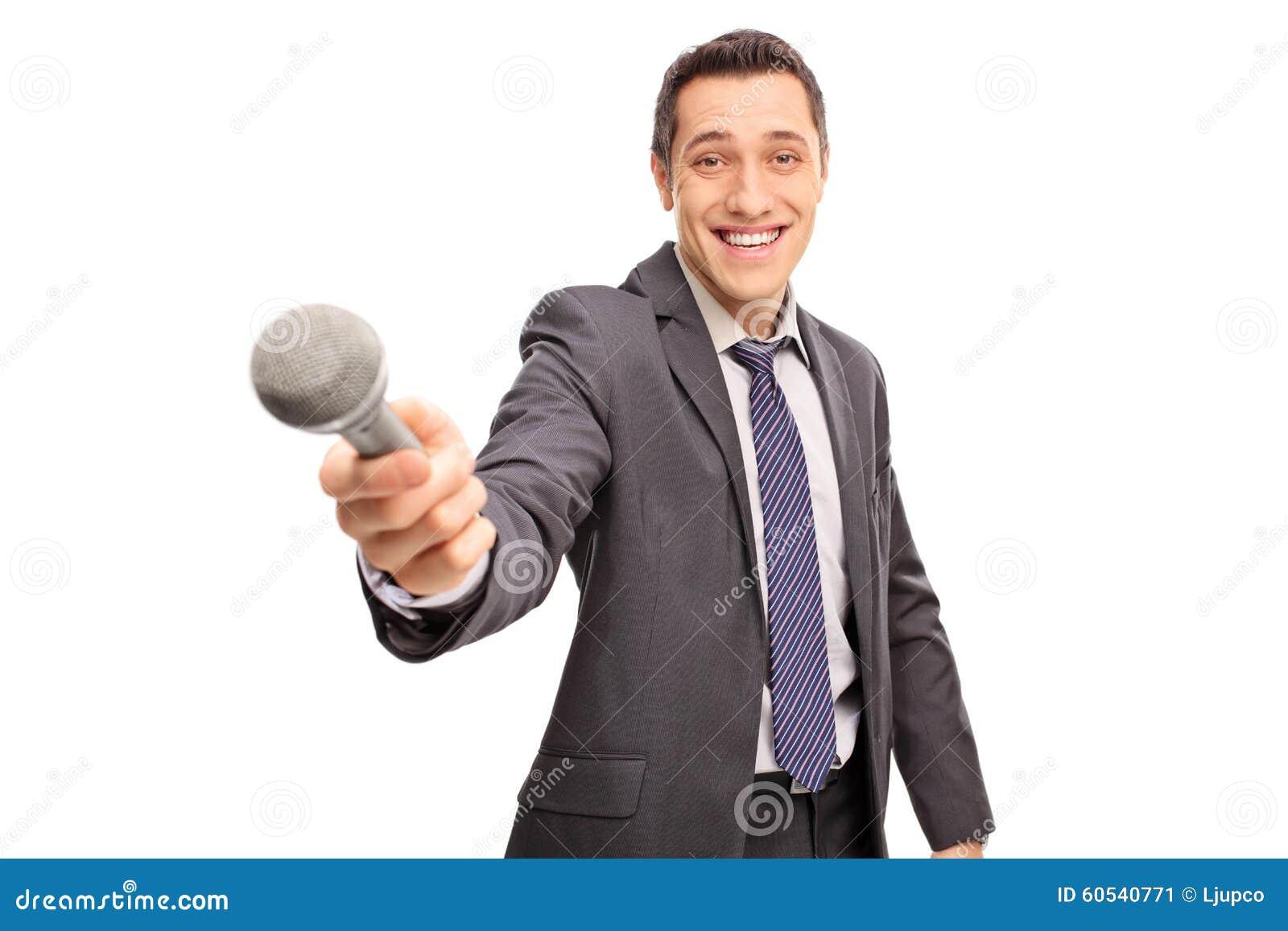 Entrevistador alegre que sostiene un micrófono