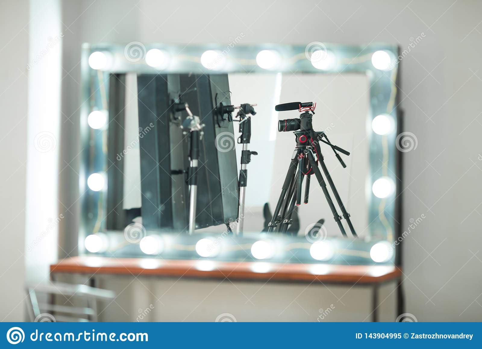 Entrevue de concept, appareil photo numérique sur un trépied avec un microphone dans le studio sur un fond blanc dans la réflexio