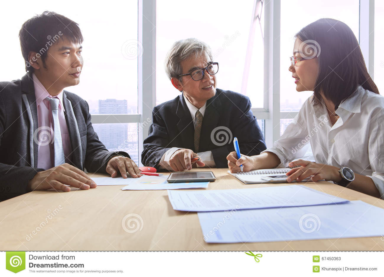 Entrevue de réunion de travail d équipe d affaires et explication du solu de projet