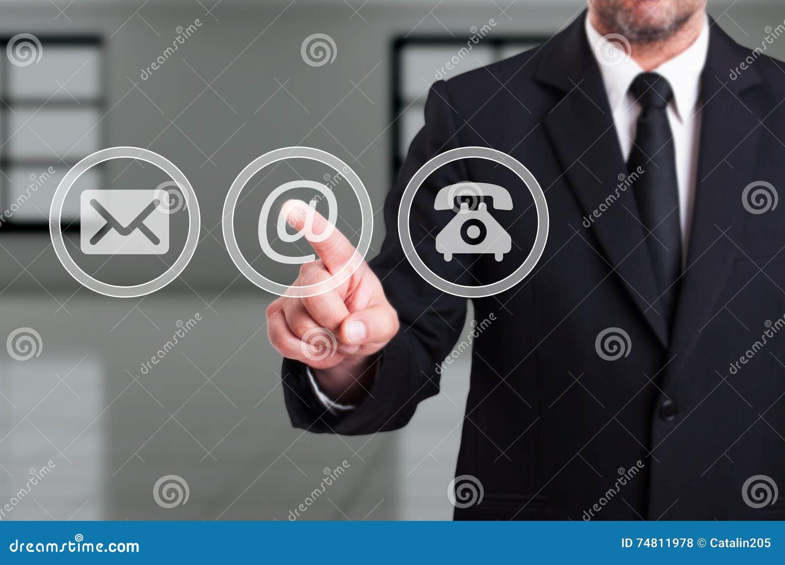 Entrez en contact avec notre concept de société avec le bout d email de pressing d homme d affaires