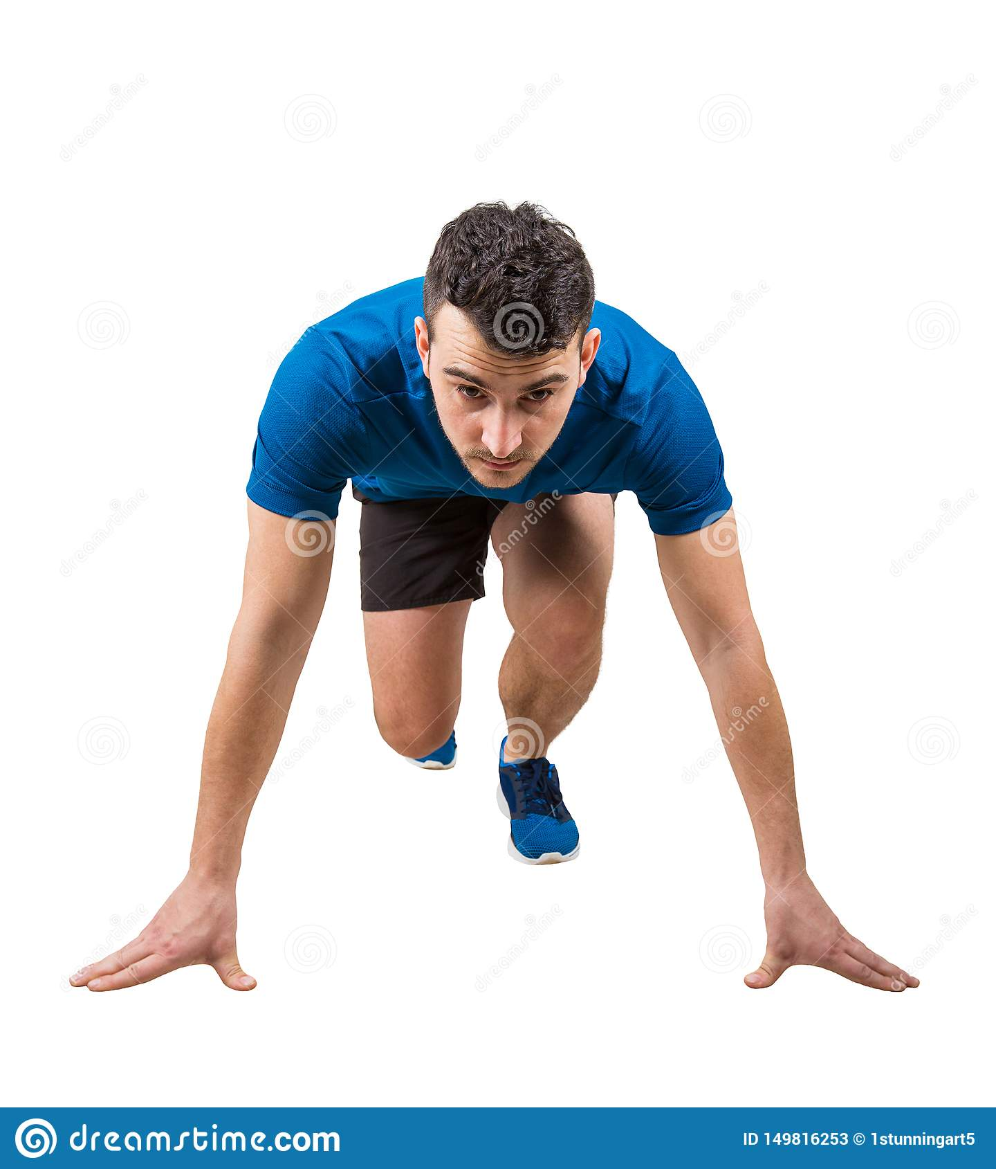 Entschlossene kaukasische Mannläuferstellung in der Laufposition, die nach vorn, Ganzaufnahme überzeugt schaut