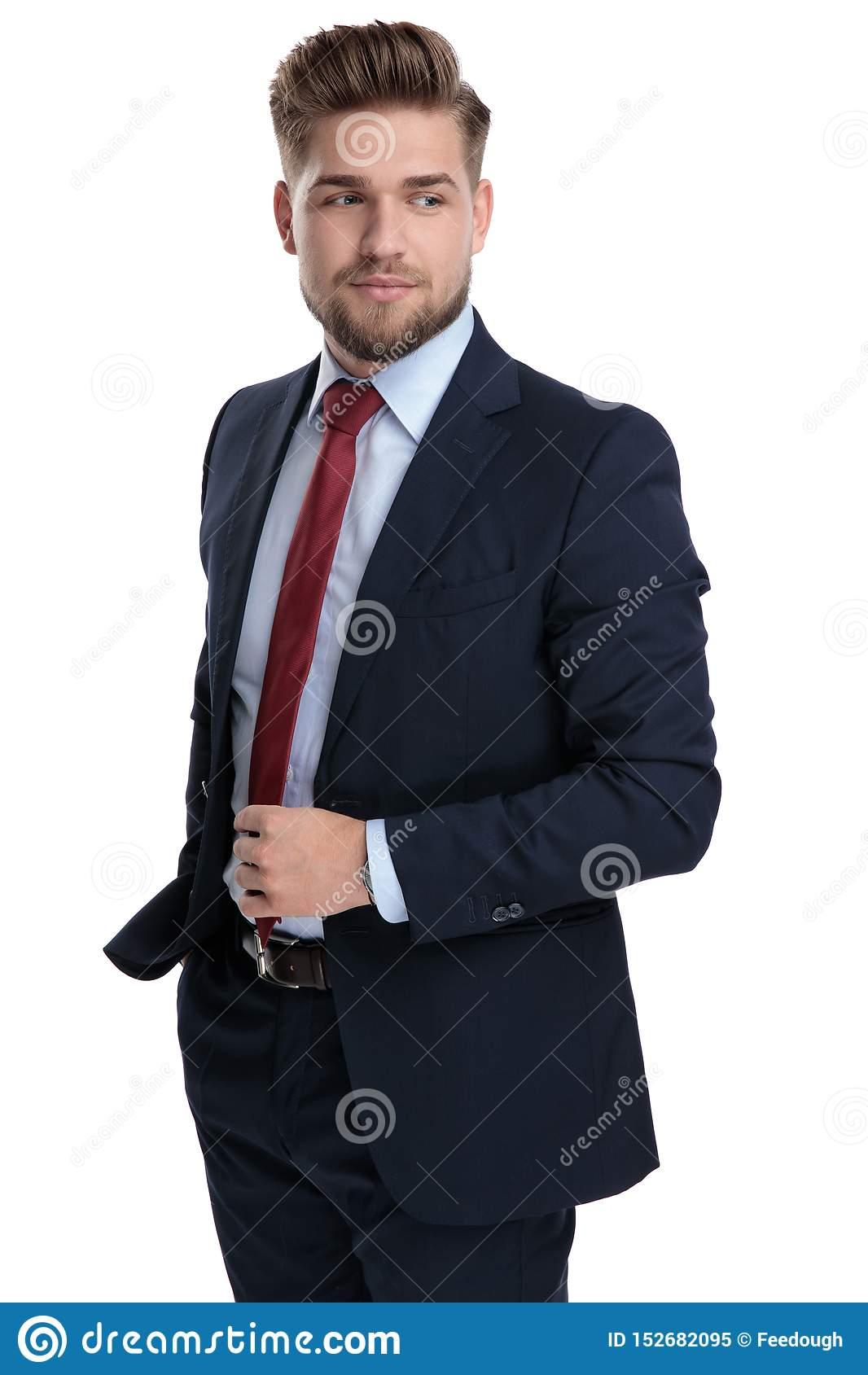 Entschlossener Geschäftsmann, der seine Bindung justiert