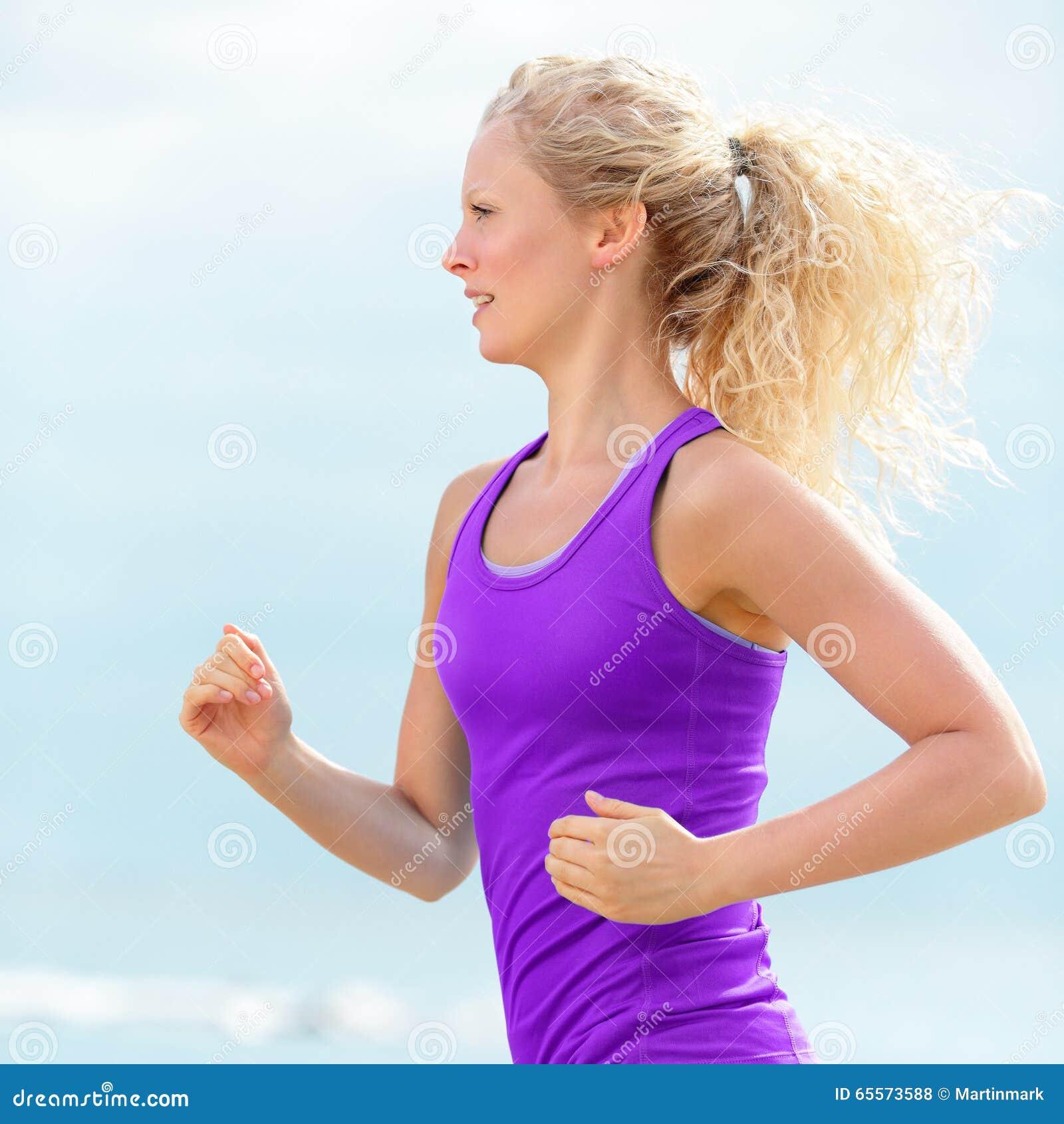 Entschlossener rüttelnder und laufender Frauen-Läufer