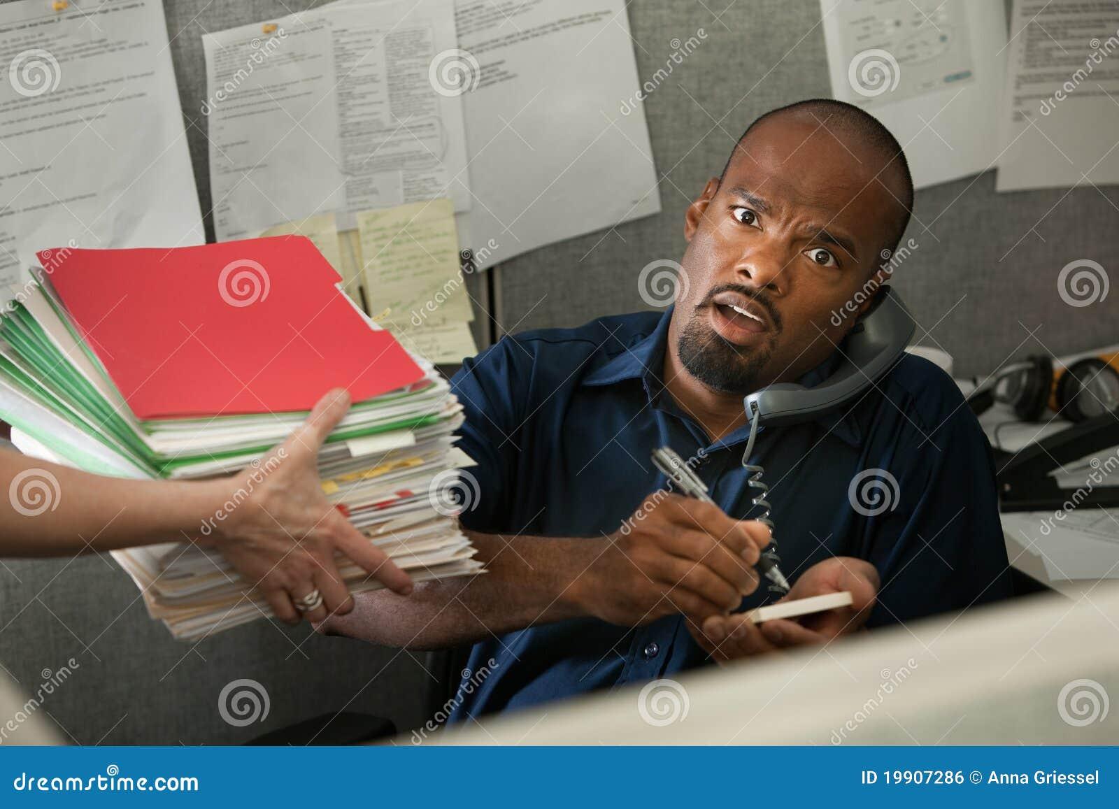 Entsetzter Büroangestellter