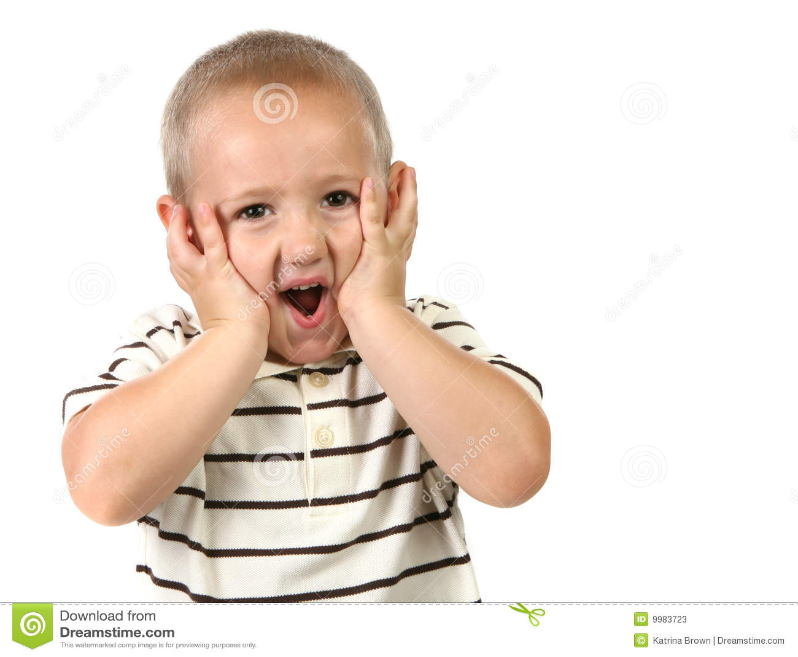Entsetztes und überraschtes junges Kind
