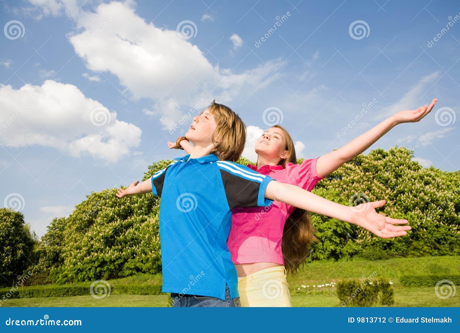 Entspannende geöffnete Stellung des Lächeln-Teenagers Hand