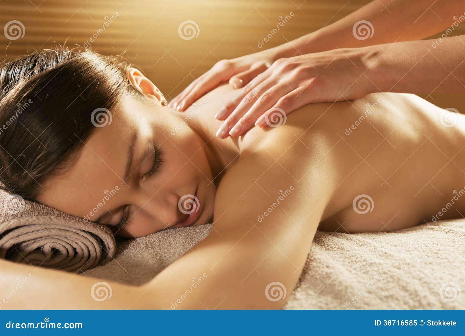 Entspannende Rückenmassage am Badekurort