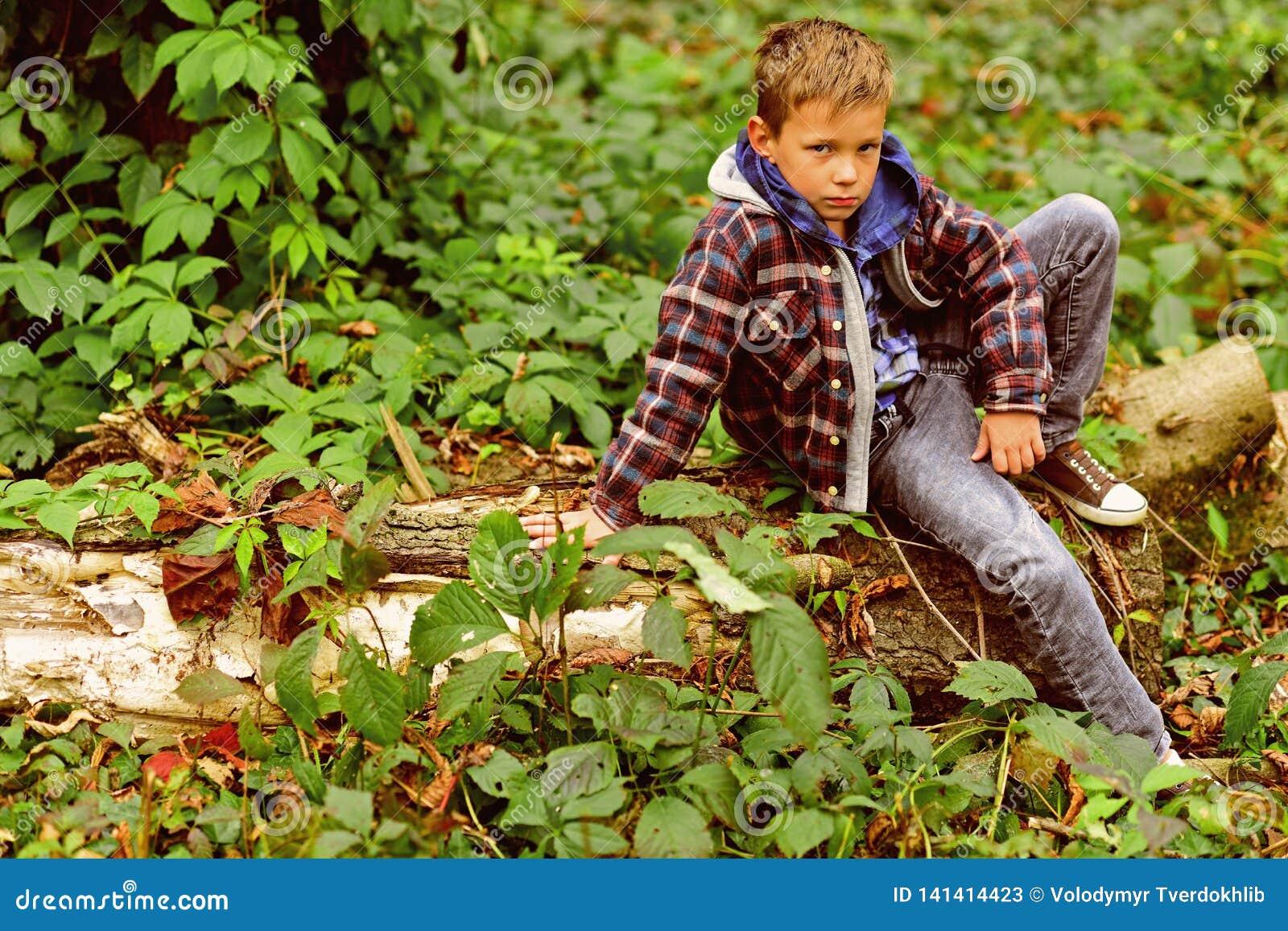 Entspannt und ruhig Wenig Junge das Sitzen auf Baum sich entspannen Wenig Junge entspannen sich im Holz Entspannen Sie sich, Lebe