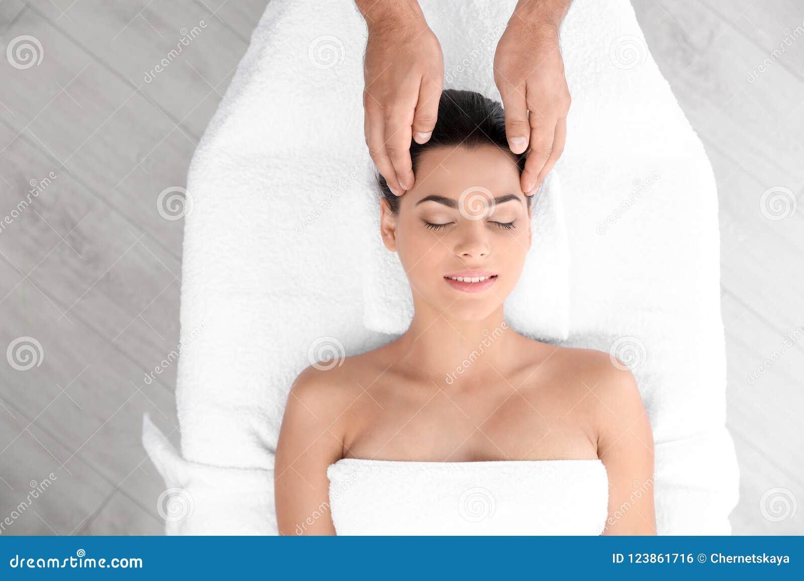 Entspannte Frau, die Kopfmassage empfängt