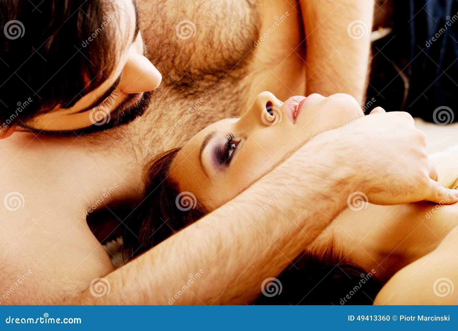 Download Entspannte Junge Paare, Die Im Bett Liegen Stockfoto - Bild von liebe, angemessen: 49413360
