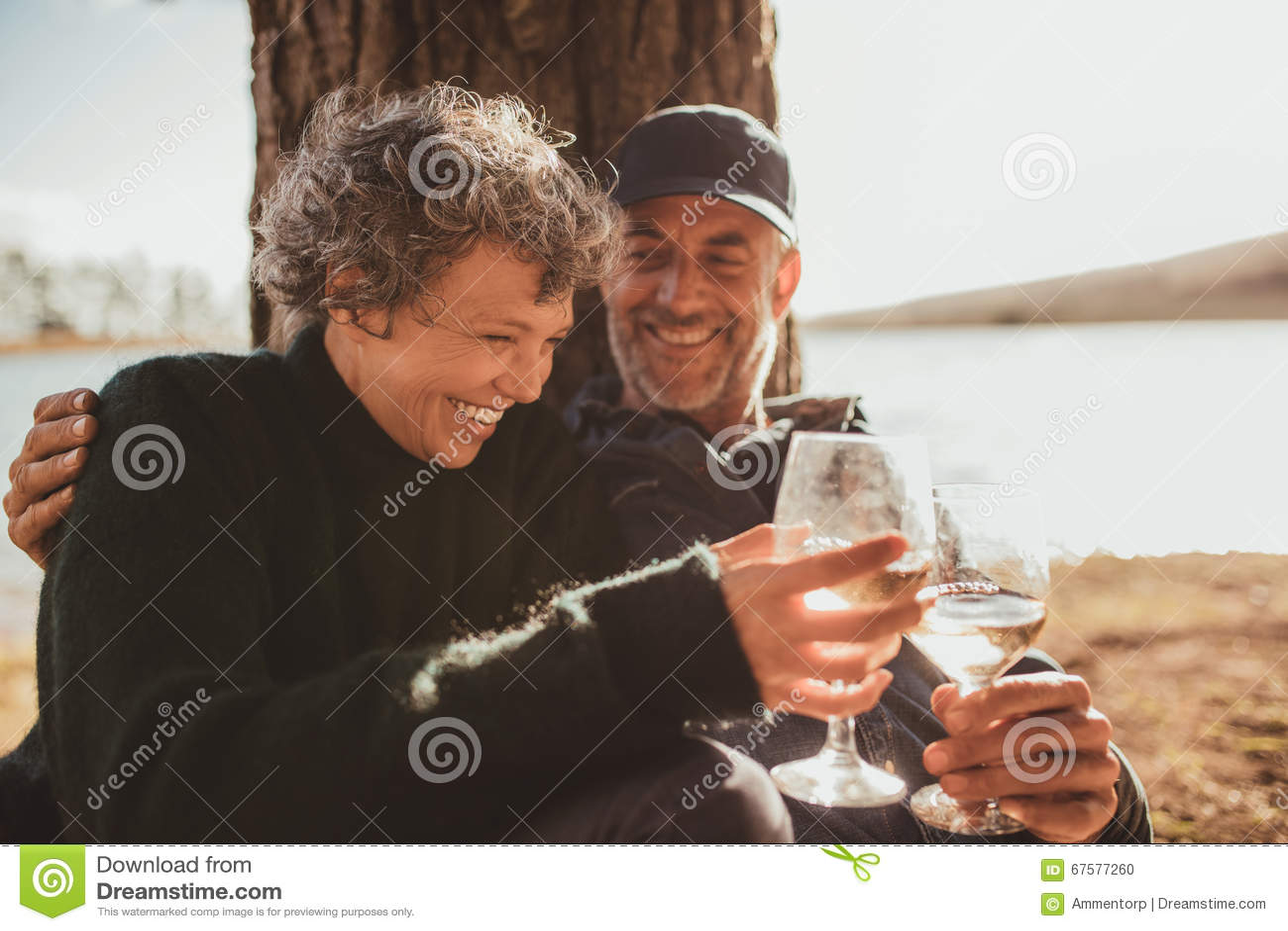 Entspannte Reife Paare, Die Ein Glas Wein Am Campingplatz