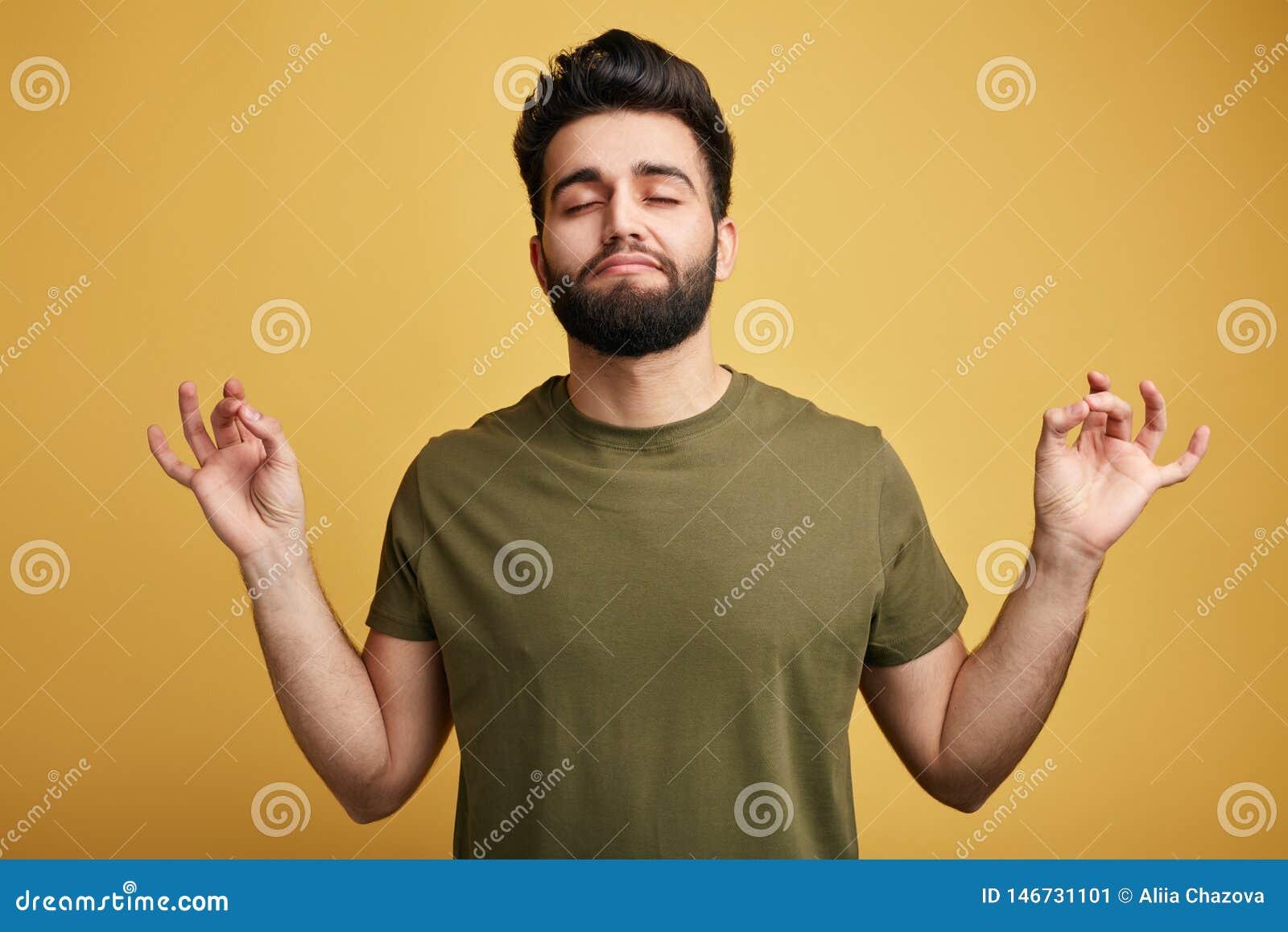 Entspannter sorgloser Mann versucht, sich nach hart arbeitend Tag zu entspannen, vermittelt und schließt Augen, genießt ruhige un