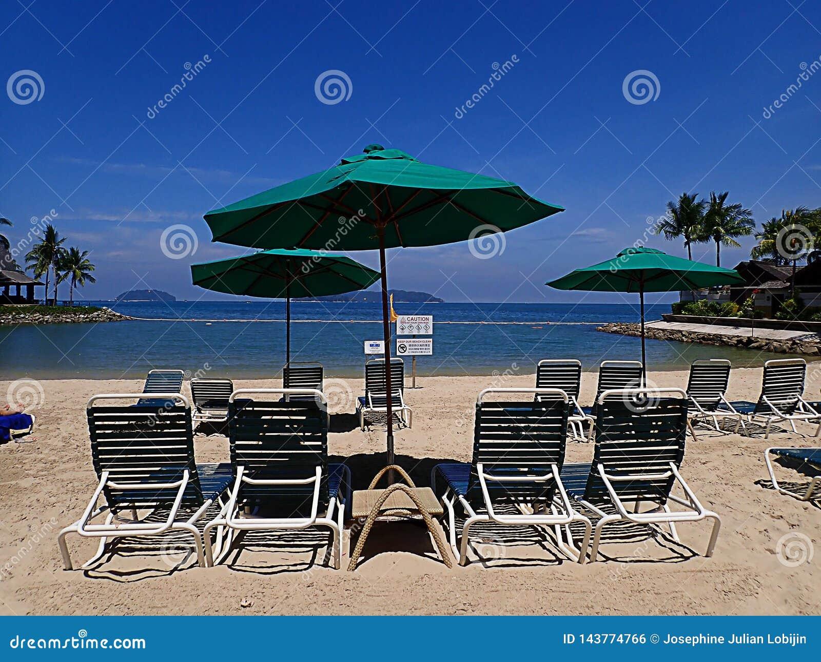 Entspannung auf wei?em sandigem Strand auf bequemem faulem Stuhl w?hrend des sonnigen Tages