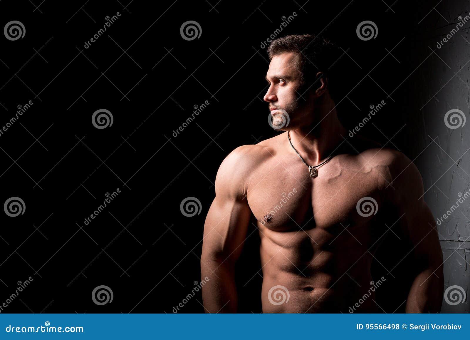 Entspannung durch pilates Kugel Muskulöser und sexy Torso des jungen Mannes, der perfektes männliches großes Stück der ABS, des B
