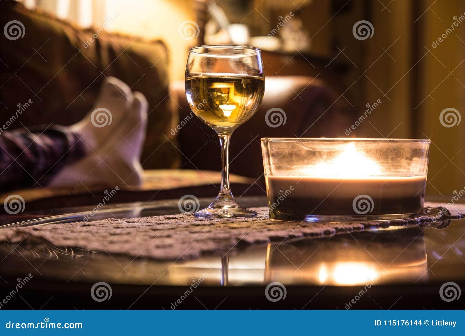 Entspannung Mit Weinglas Und Kerze Stockfoto Bild Von Kerzen