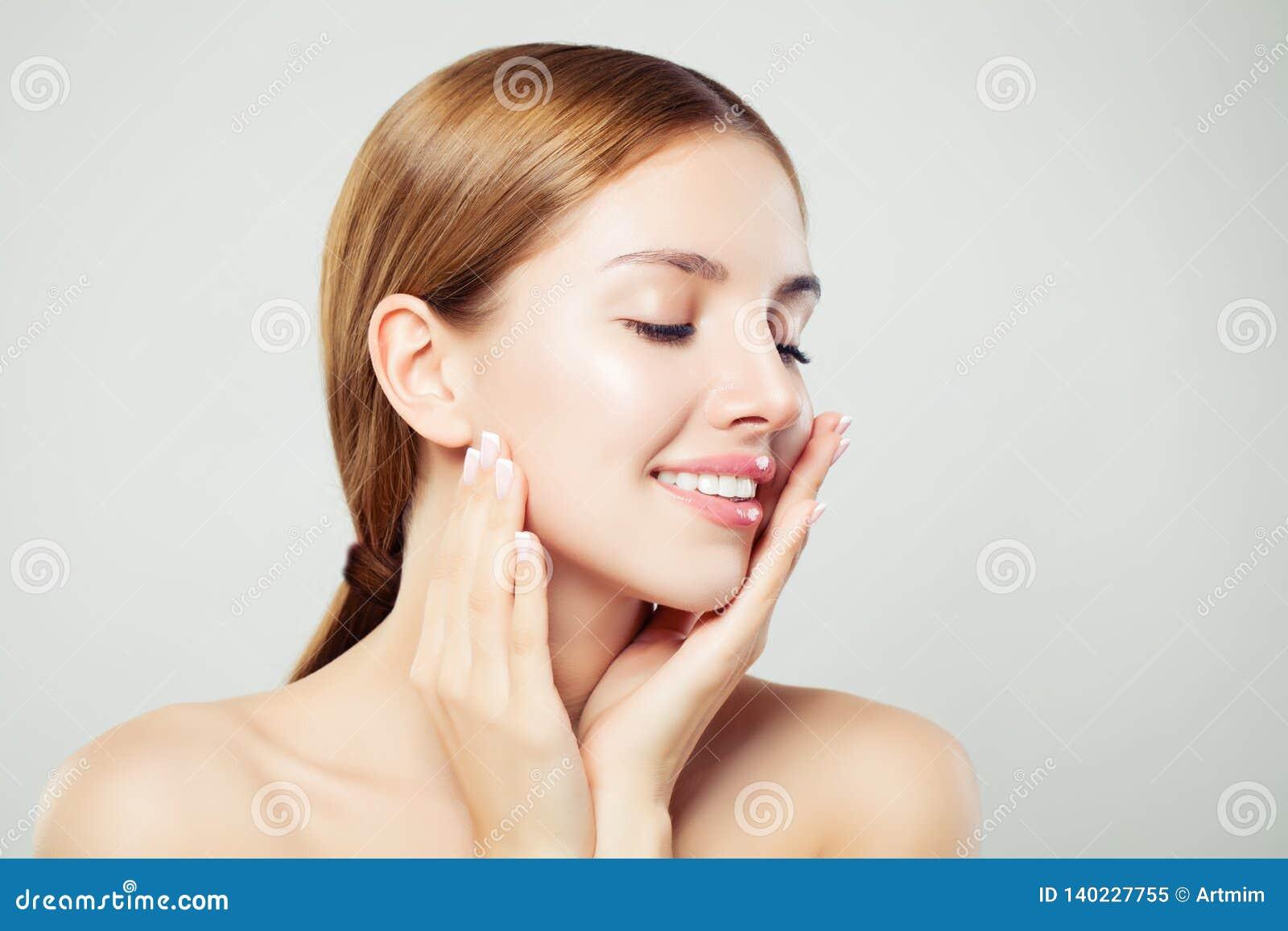 Entspannungsfrau mit geschlossenen Augen Das nette Mädchen mit gesunder klarer Haut und natürlichem Make-up lächelnd, schließen h