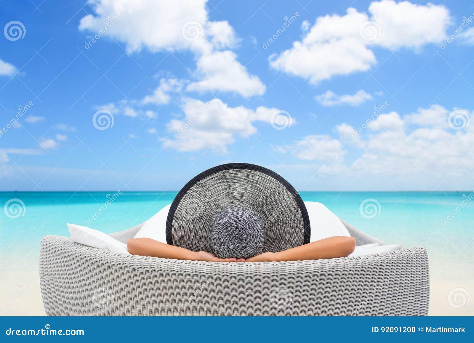 Entspannungssich hinlegen der Reiseferienfrau