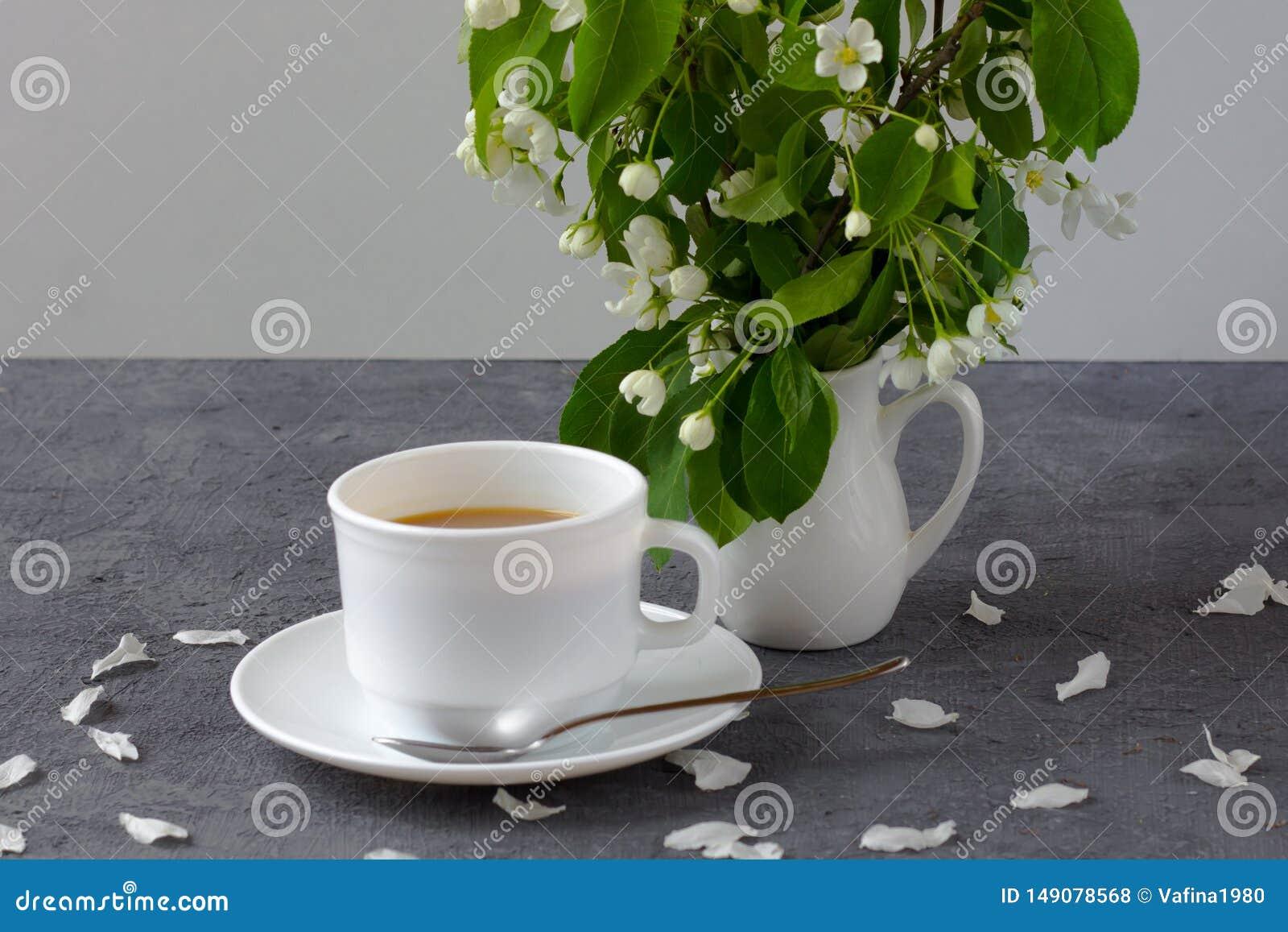 Entspannungszeit und Glück mit Tasse Kaffee mit unter frischer Frühlingsblume