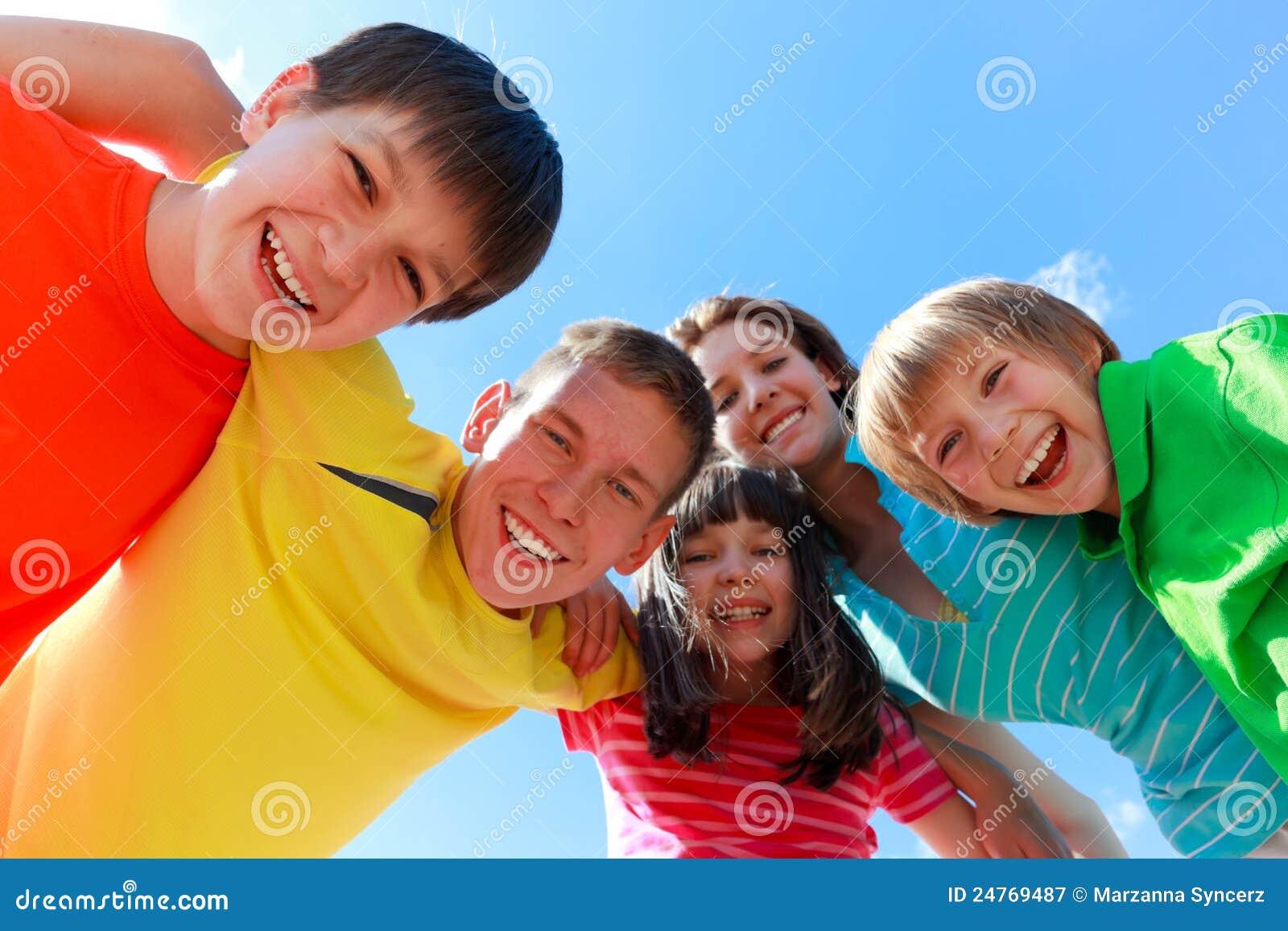 Entusiastiskt lyckligt för barn