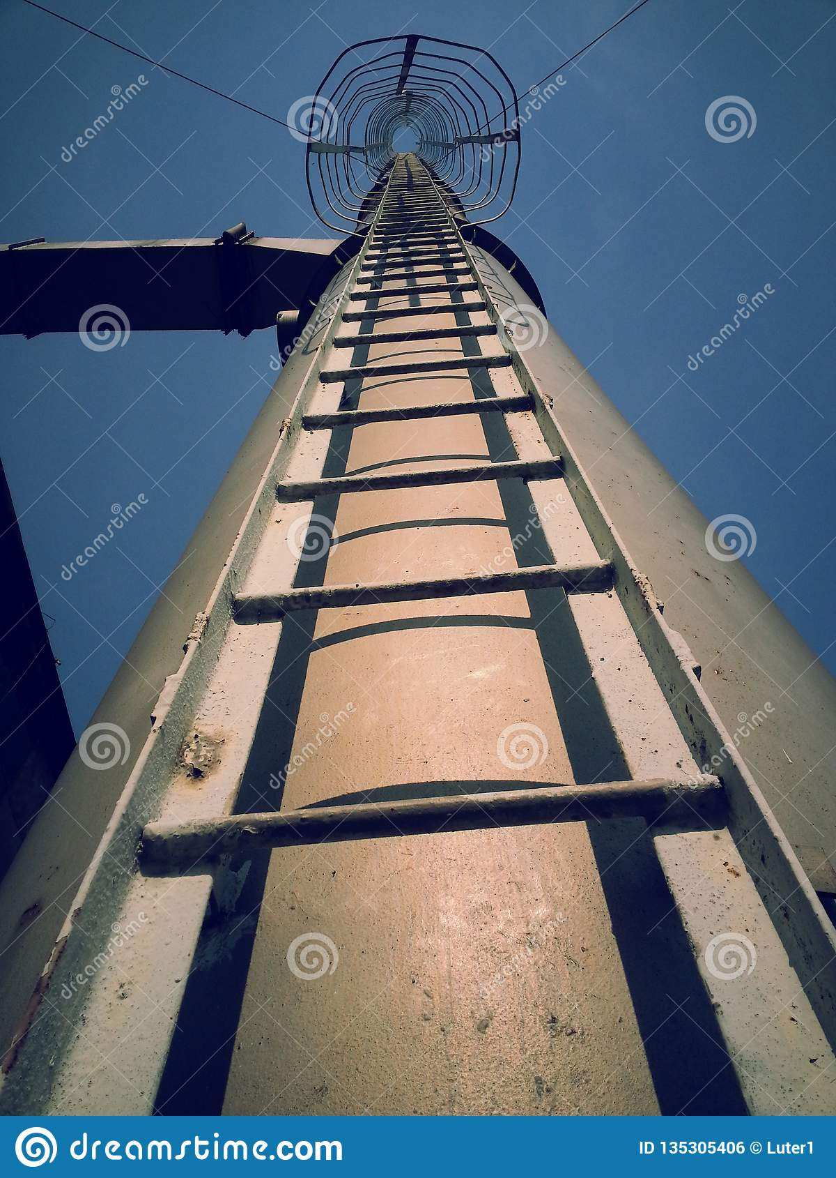 Entweichen bis zum Himmel durch Eisen-Leiter