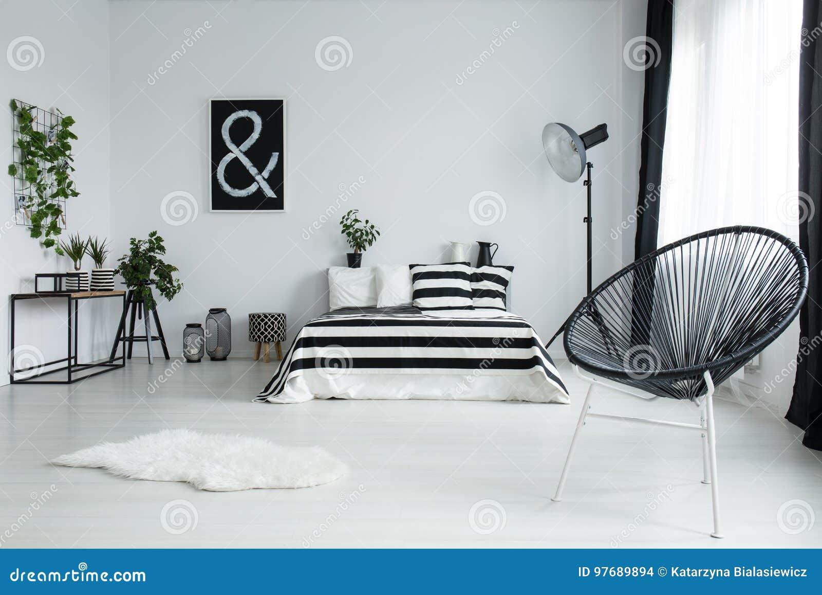 Entworfener Schwarzer Stuhl Im Modernen Schlafzimmer ...