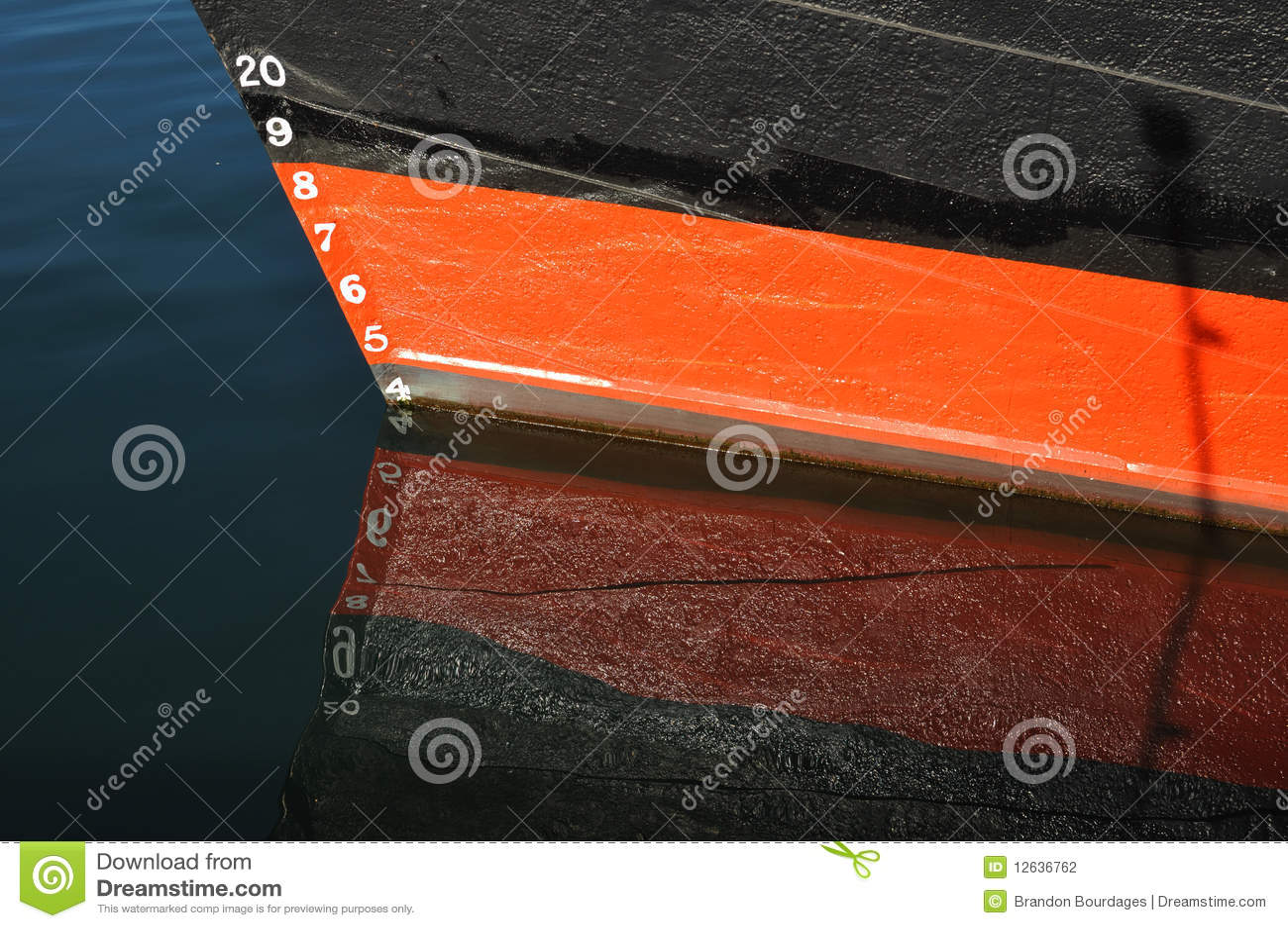 Entwurfs-Markierungen auf rotem und schwarzem Boot