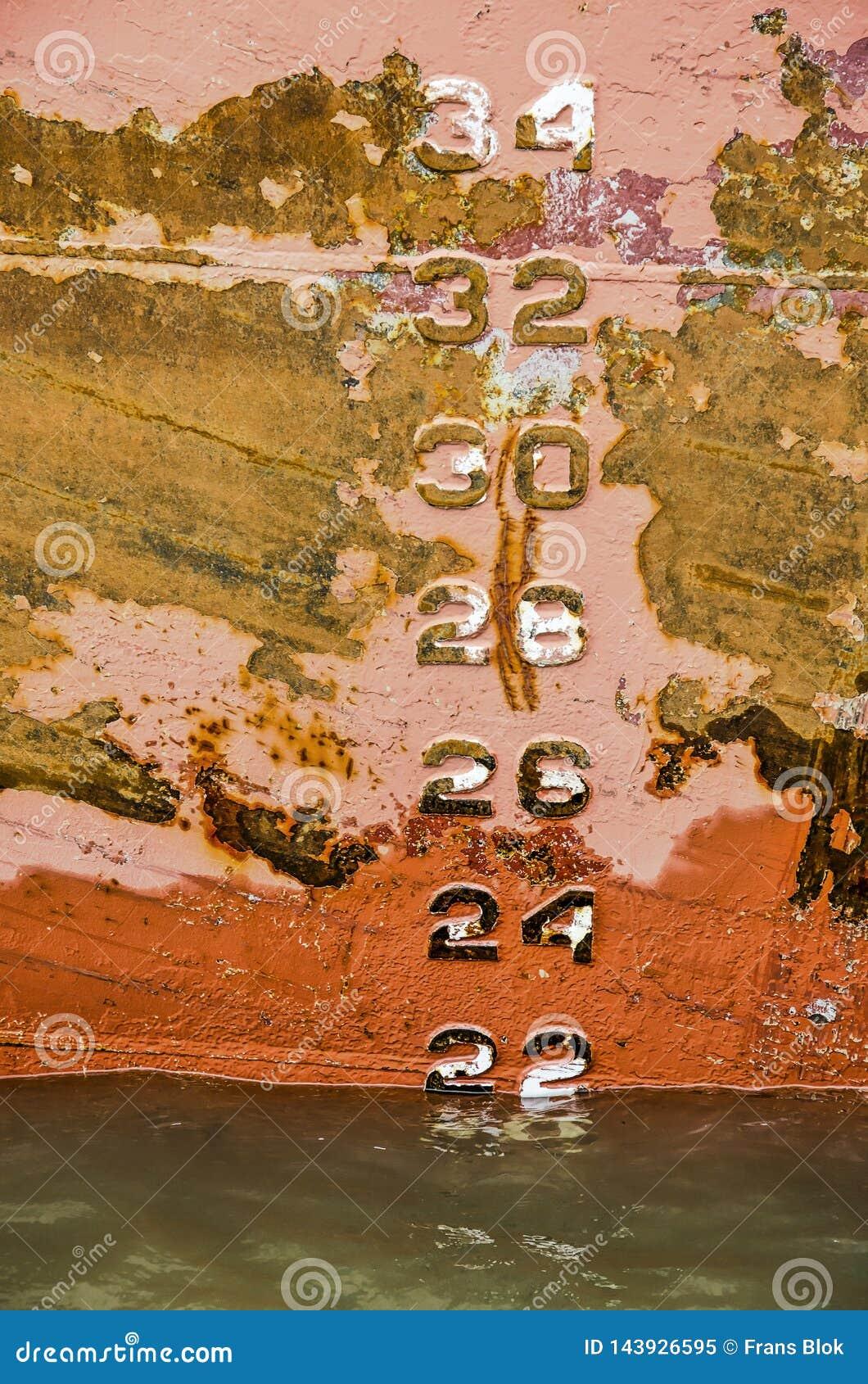 Entwurfsnummern auf dem Rumpf eines rostigen Schiffs