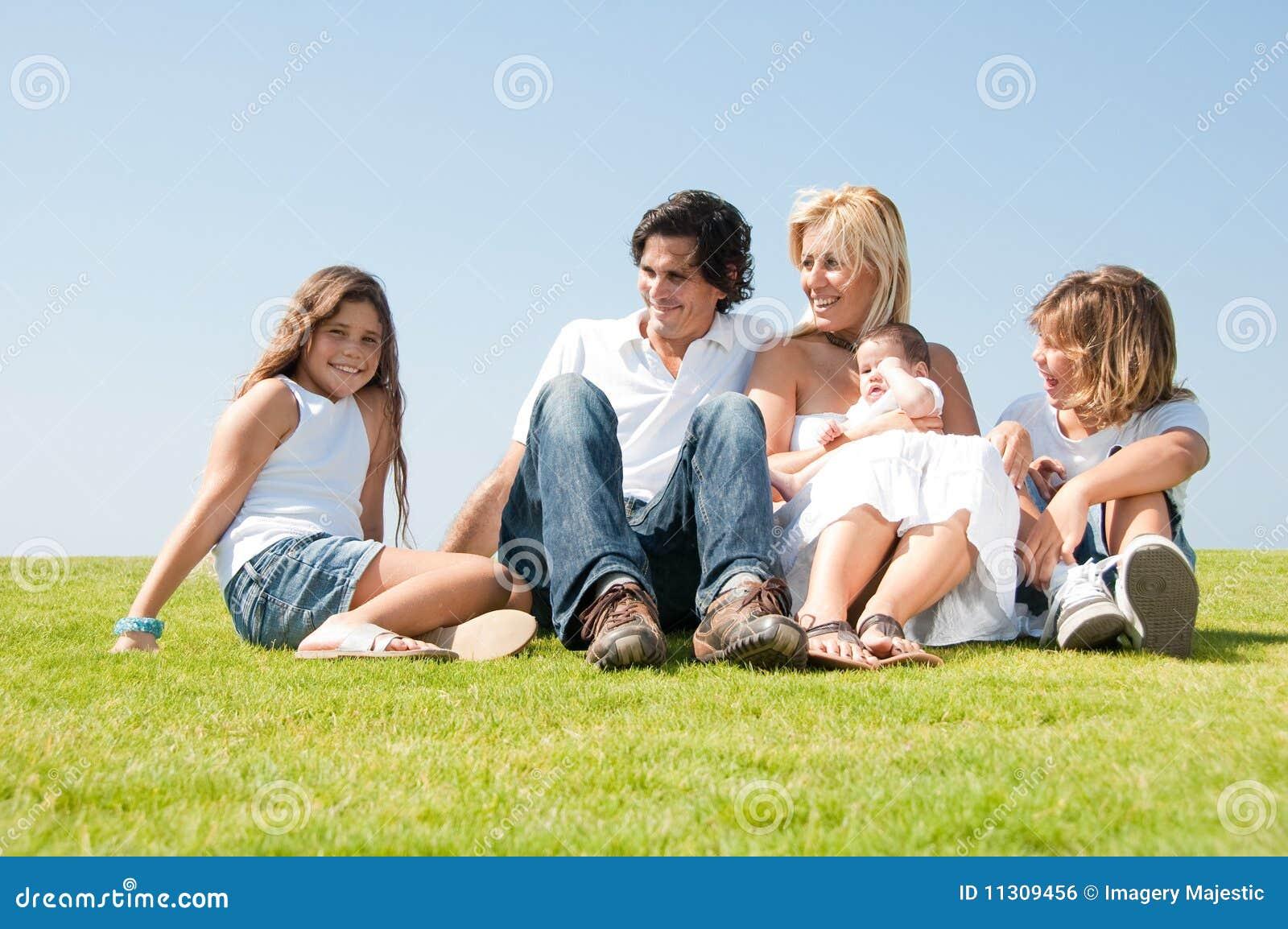 Entzückende entspannende Familie