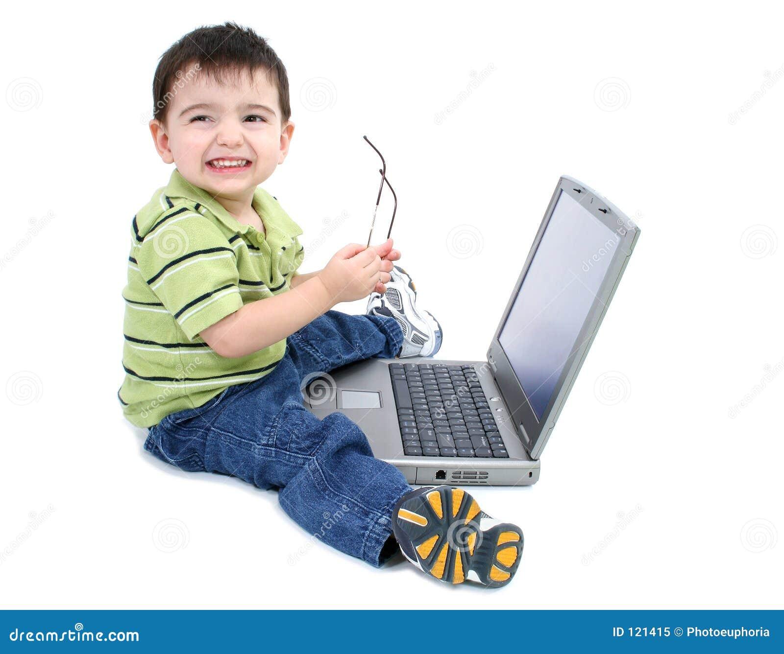 Entzückender Junge mit Glas-Funktion auf Laptop über Weiß