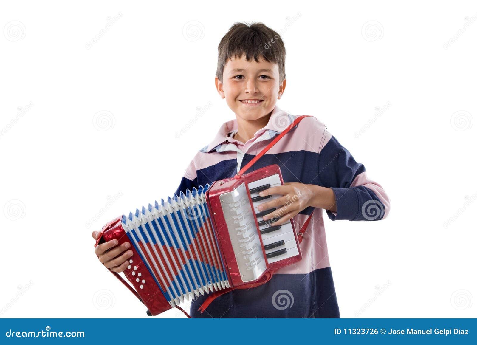Entzückendes Kind, das rotes Akkordeon spielt