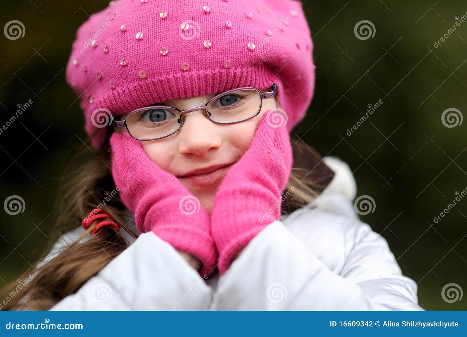 Entzückendes kleines Mädchen im hellen rosafarbenen Hut