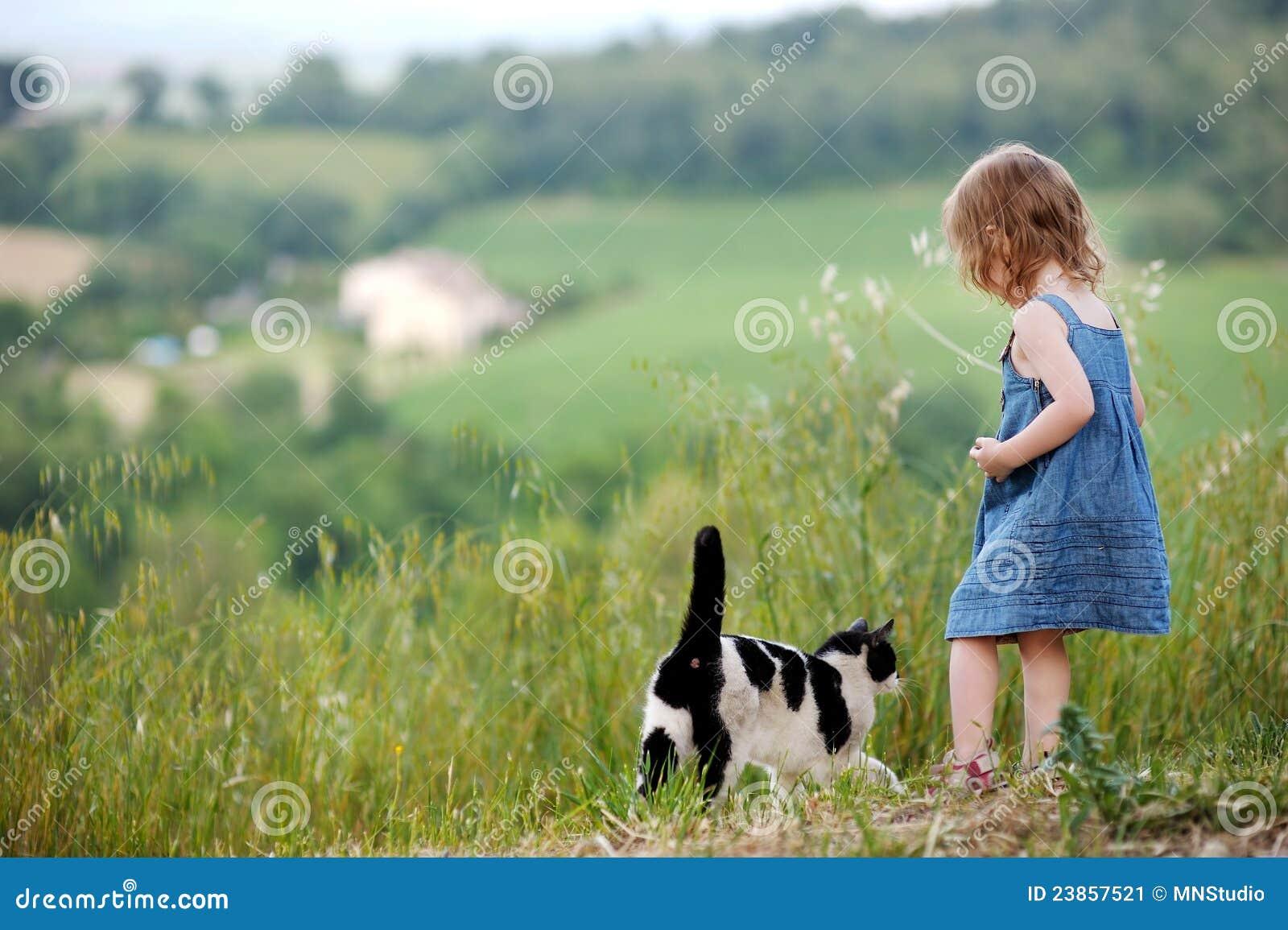 Entzückendes kleines Mädchen und eine Katze