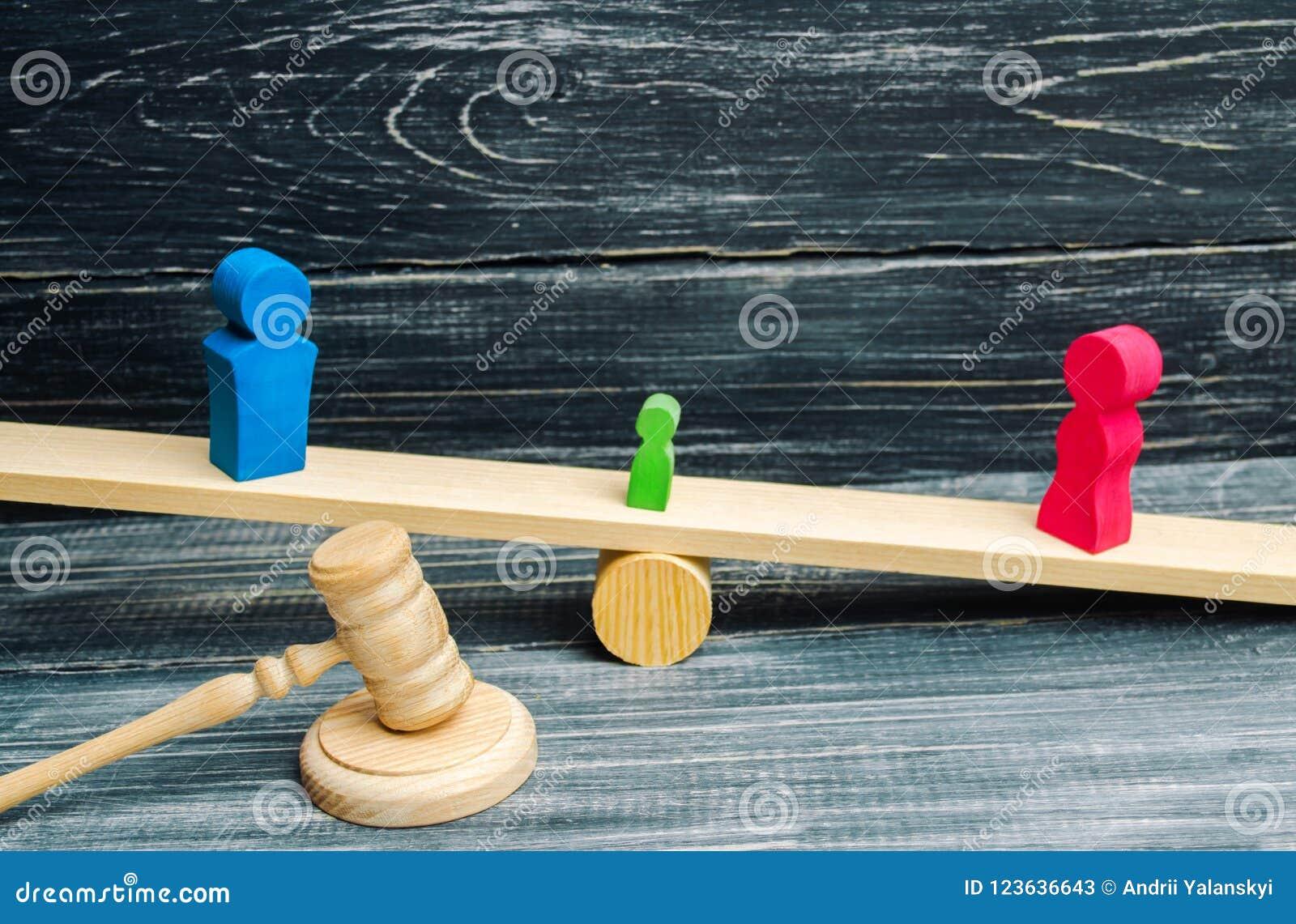 Entzug von elterlichen Rechten Konzept des Schutzes eines Kindes Zugelassene Scheidung Hammer eines Richters Familiengericht, Ges