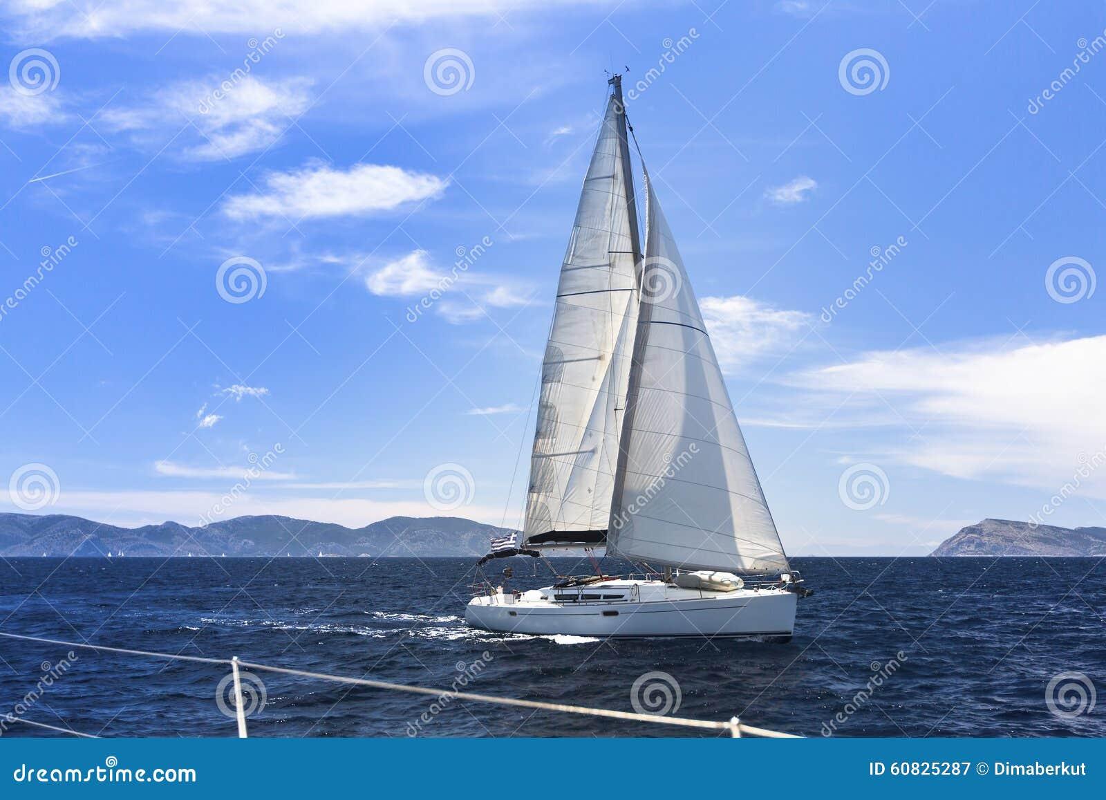 Envíe los yates con las velas blancas en el mar Raza de yate de la navegación