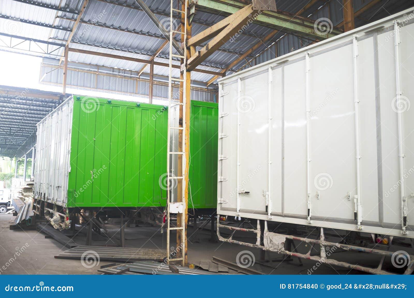 Envase del edificio industrial Lugar para el complet del envase de la estructura