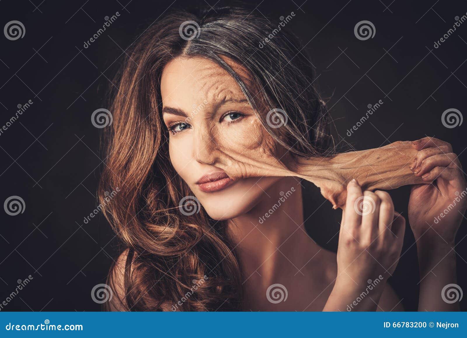 Envejecimiento, concepto del cuidado de piel Media vieja media mujer joven, tomas de