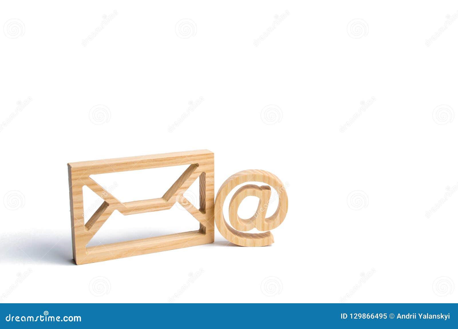 Envelop en e-mailsymbool op een witte achtergrond Conceptene-mail adres De technologieën en de contacten van Internet voor medede