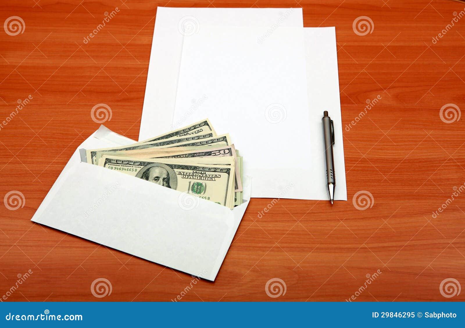 Envelope com um dinheiro e um papel vazio