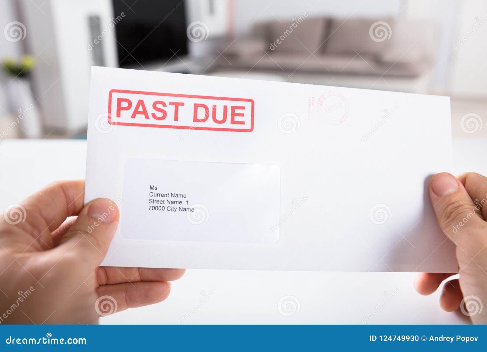 Envelope de Person Holding Past Due Bill