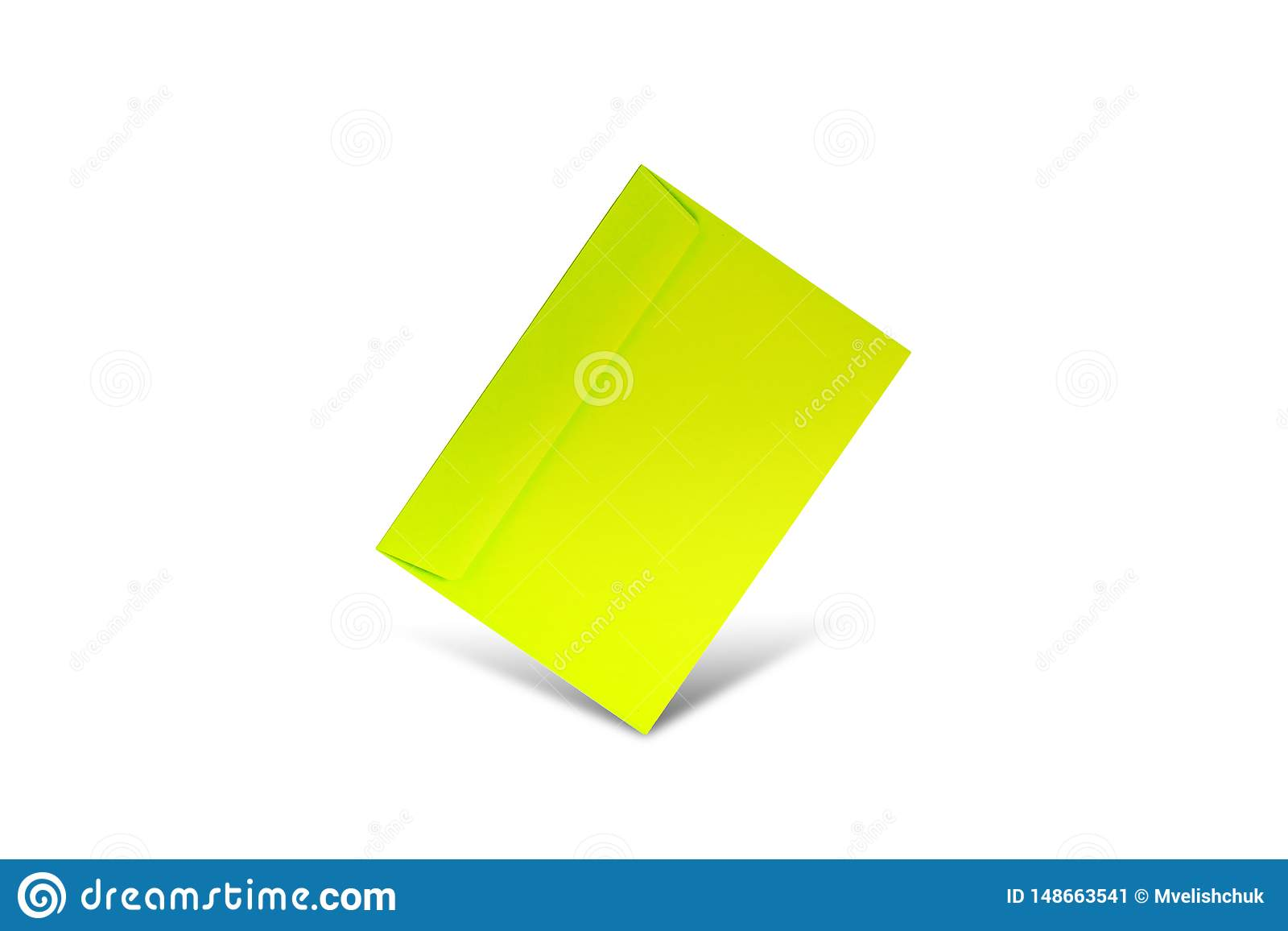 Envelope verde em um fundo branco com espaço da cópia Modelo colocado liso para o dia de Valentim, o dia da mulher,