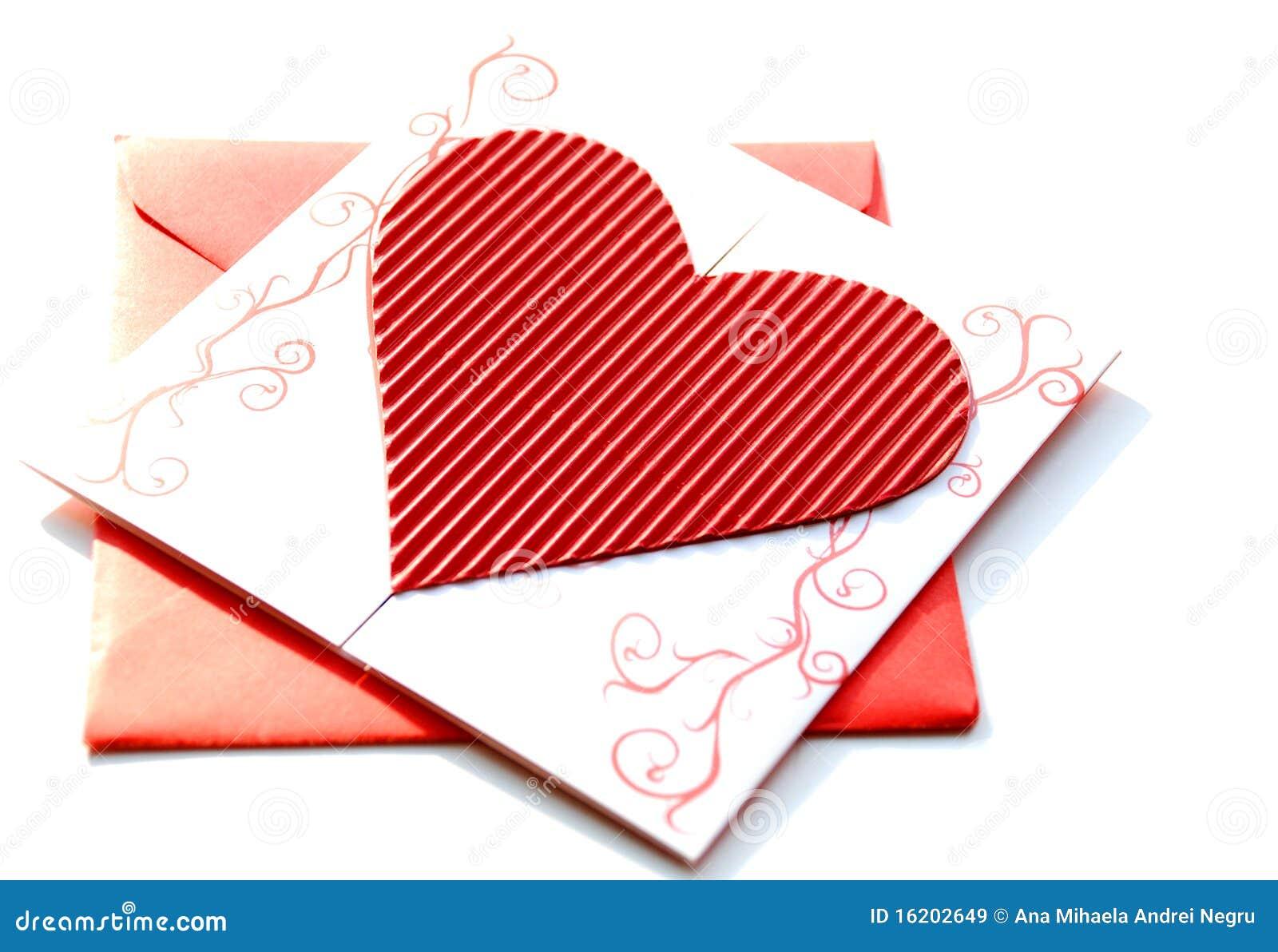 Envelope vermelho com convite do casamento