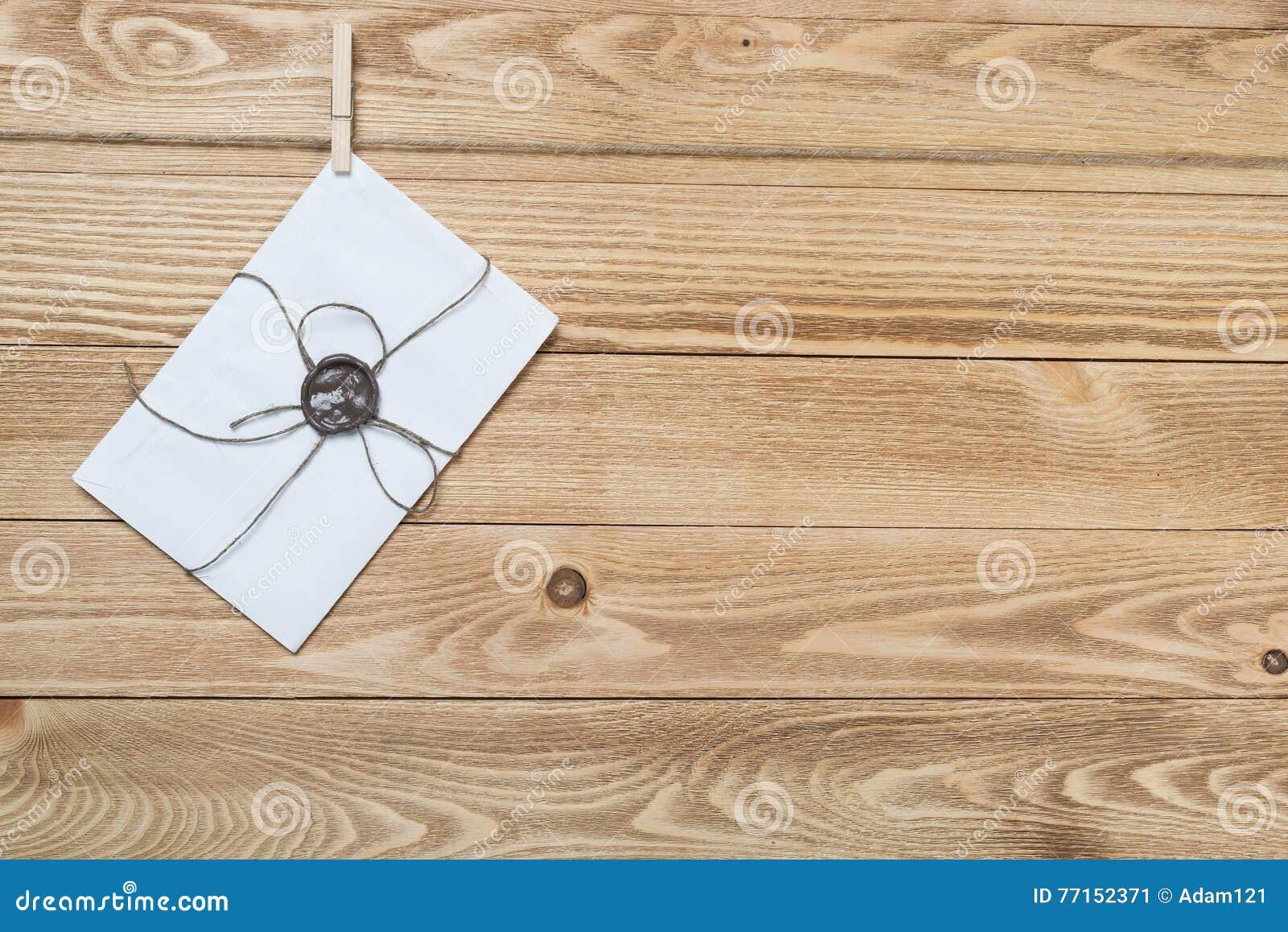 Enveloppe de courrier sur la corde