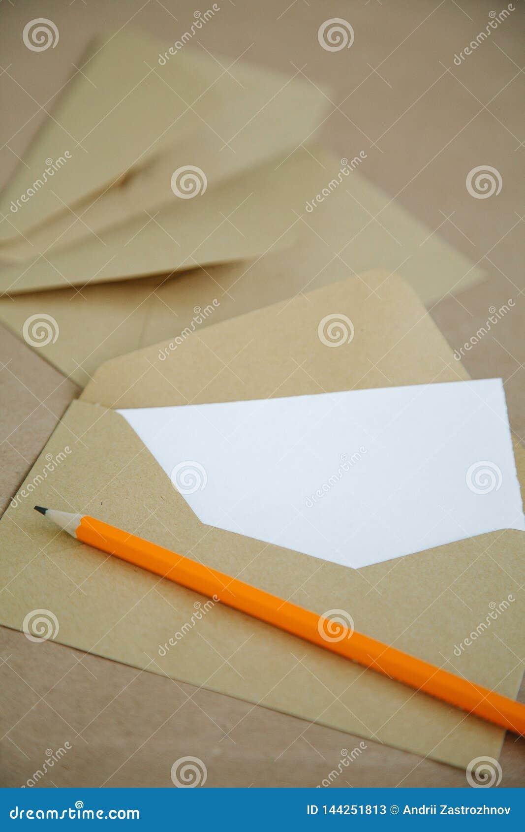 Enveloppe de cru avec le livre blanc de l intérieur de lettre, copyspace
